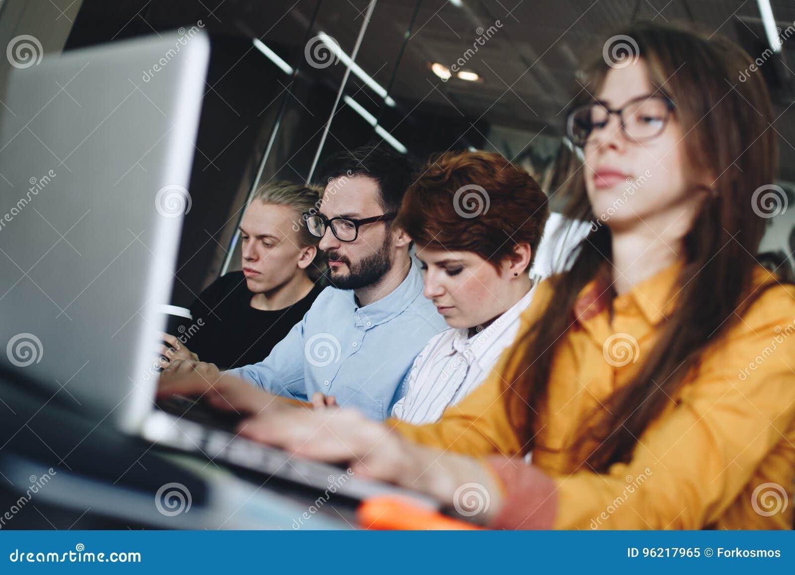 Funktionsduglig atmosfär i ett modernt coworking rum Besättning av barn mal