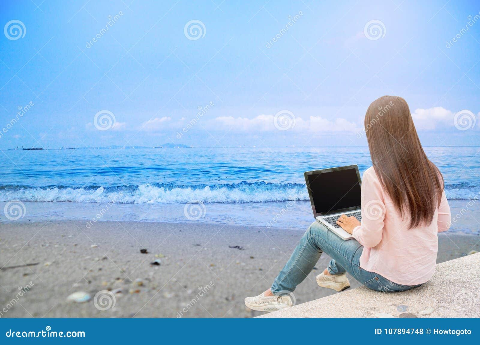 Funktionsduglig kvinna för härlig affär som använder Iphone Ipad, medan arbeta