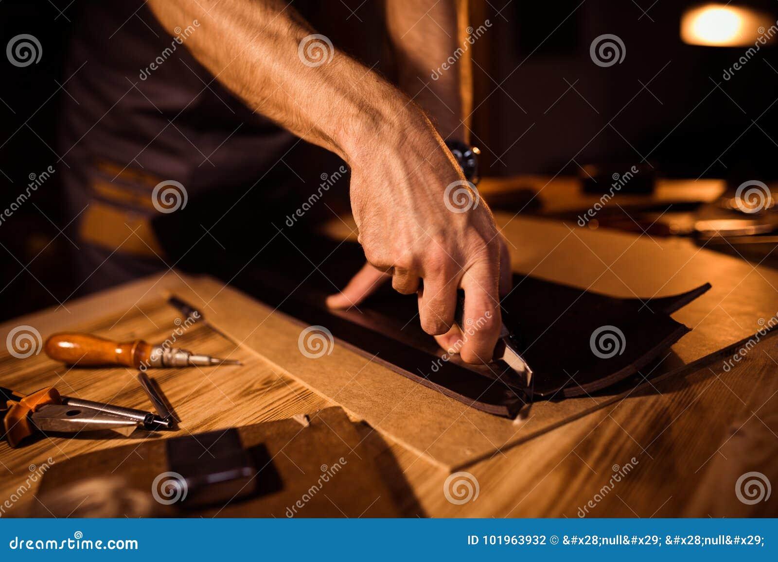 Funktionsduglig process av läderbältet i läderseminariet Maninnehav som tillverkar hjälpmedlet och arbete Garvare i gammalt