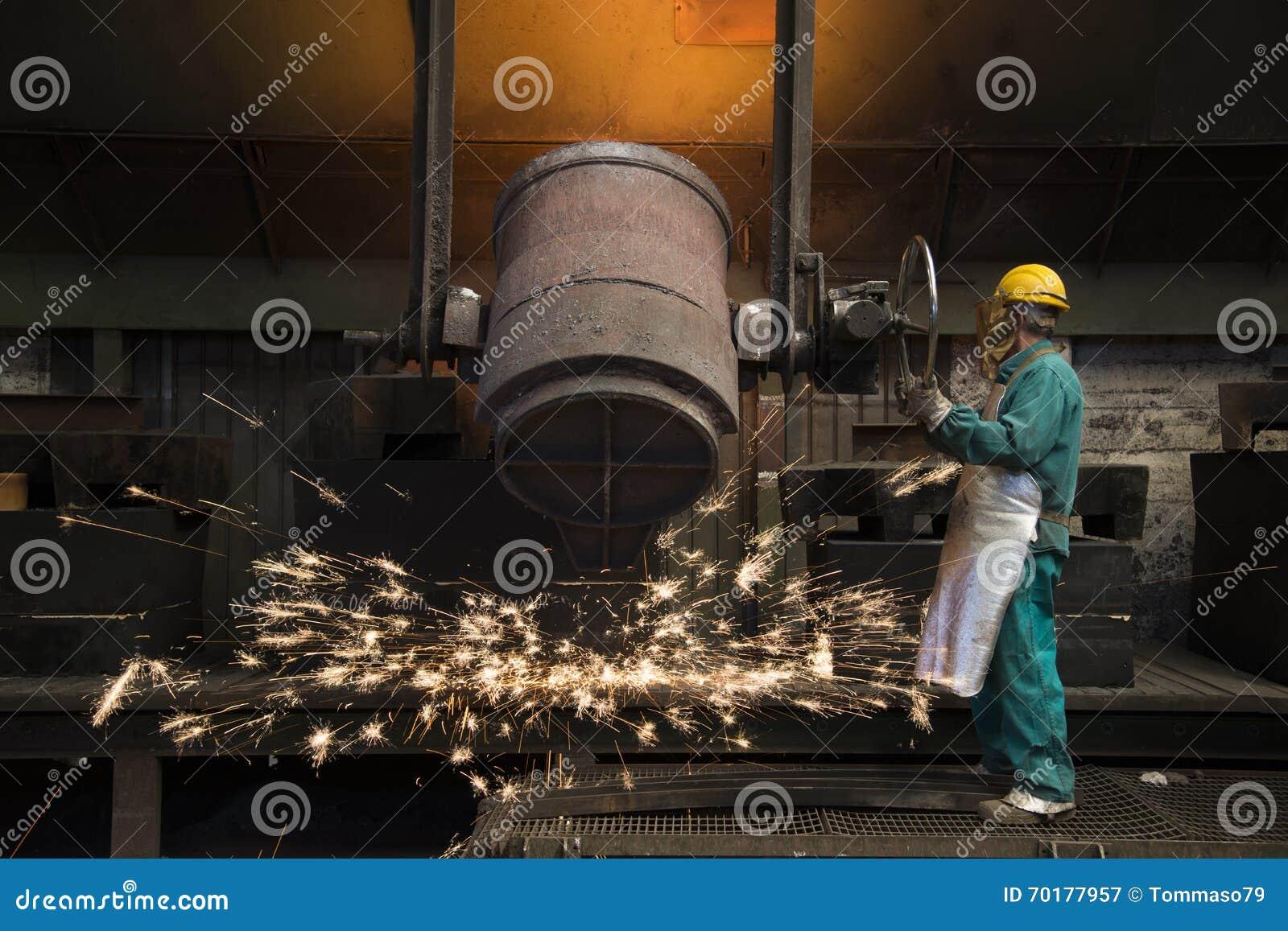 Funktionsdugligt arbete för man i en fabrik