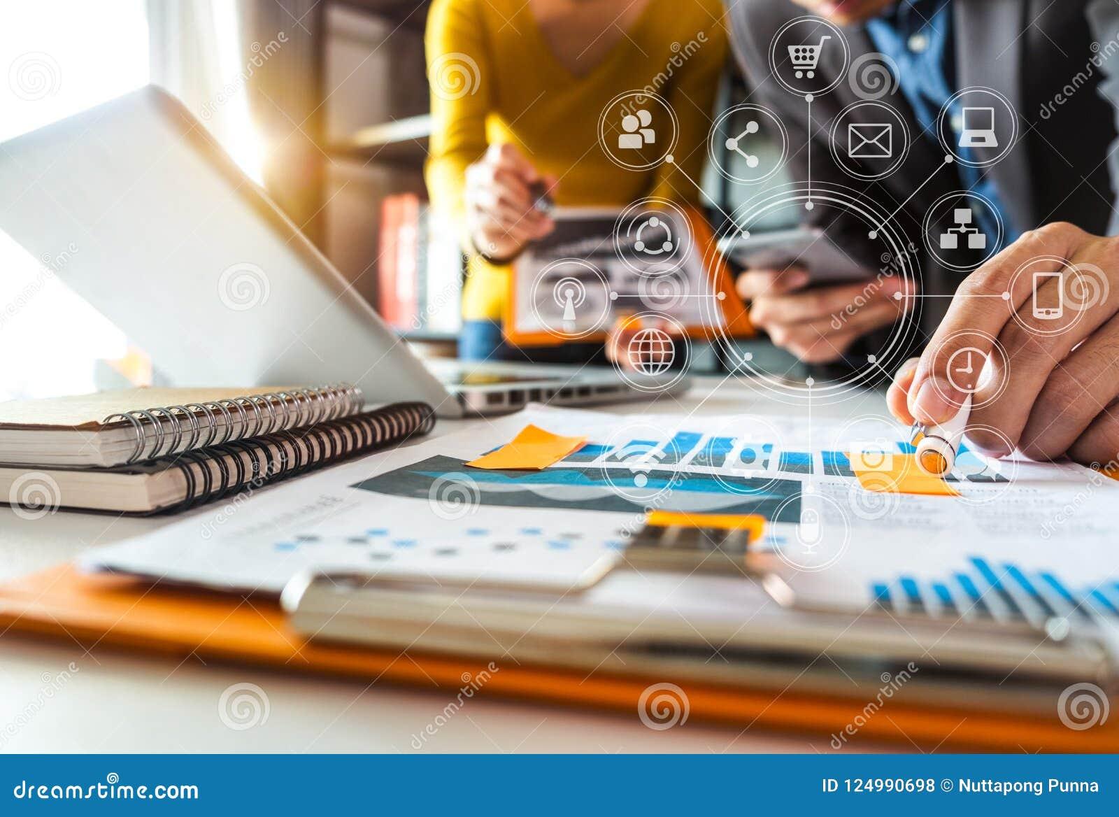 Funktionsdugligt lagmötebegrepp, affärsman som använder den smarta telefonen och bärbar dator och digital minnestavladator