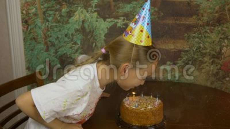 Incredible Funny Girl And Her Father Can Not Blow Birthday Candles On Cake Funny Birthday Cards Online Inifodamsfinfo