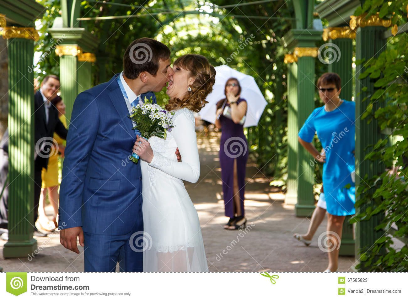 Funny groom kissing bride in wedding dress under the arch stock image image 67585823 - Photo de mariage drole ...