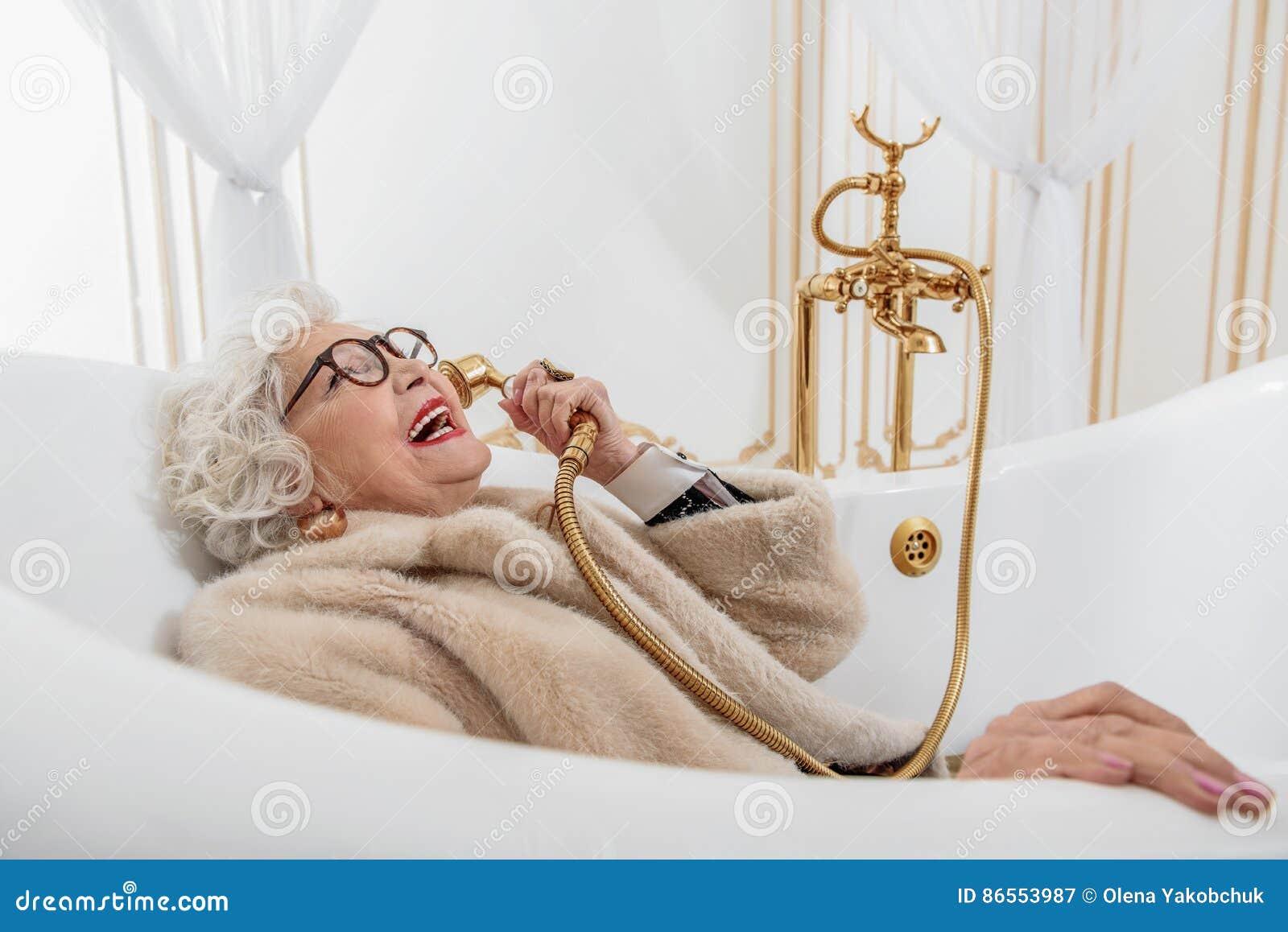 Mature lady bathtube
