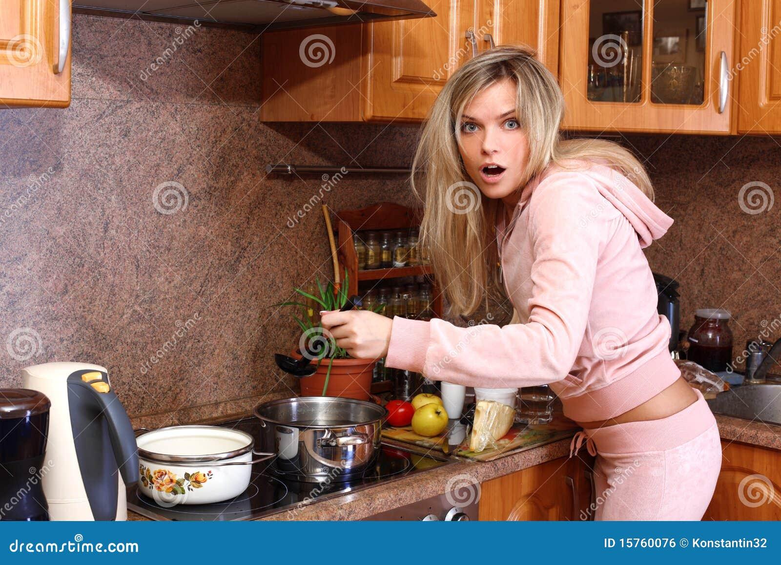 Фото девушка есть борщ