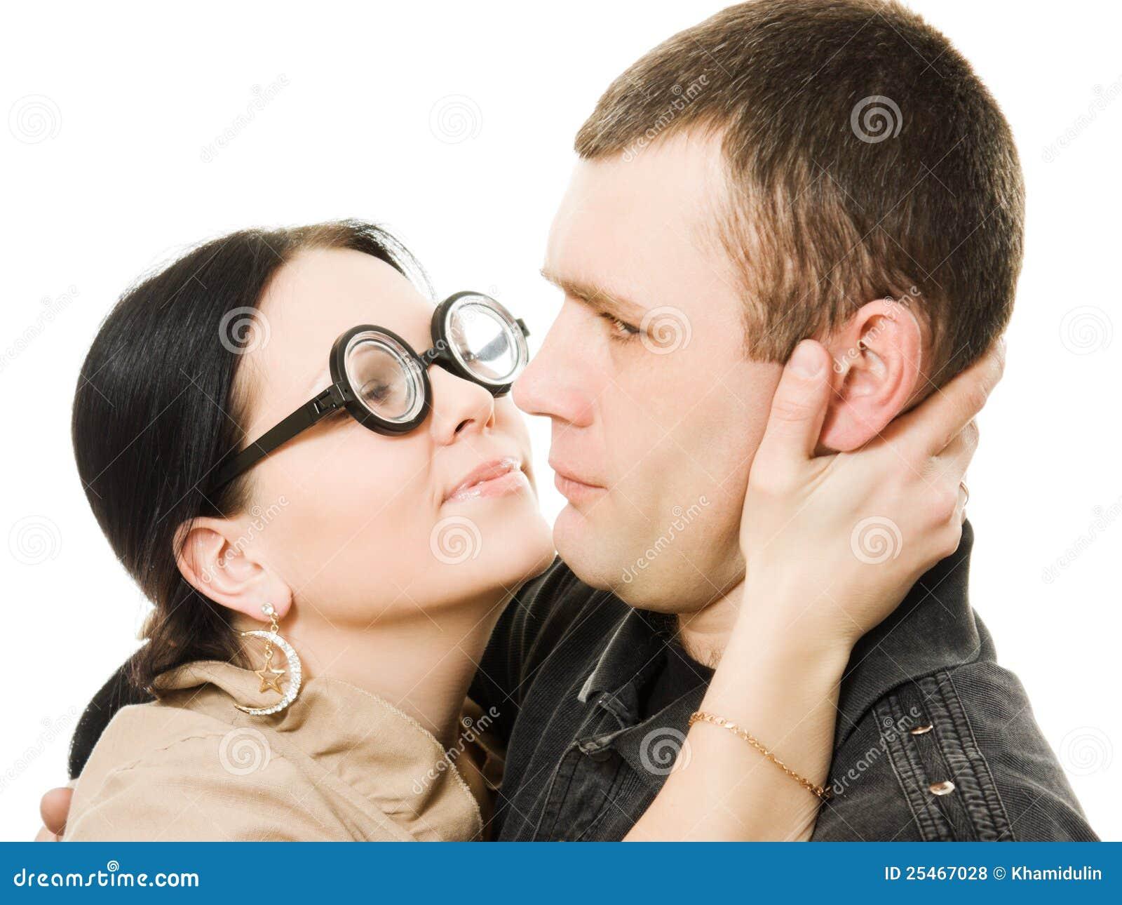 Как сделать так чтобы мальчик захотел тебя поцеловать