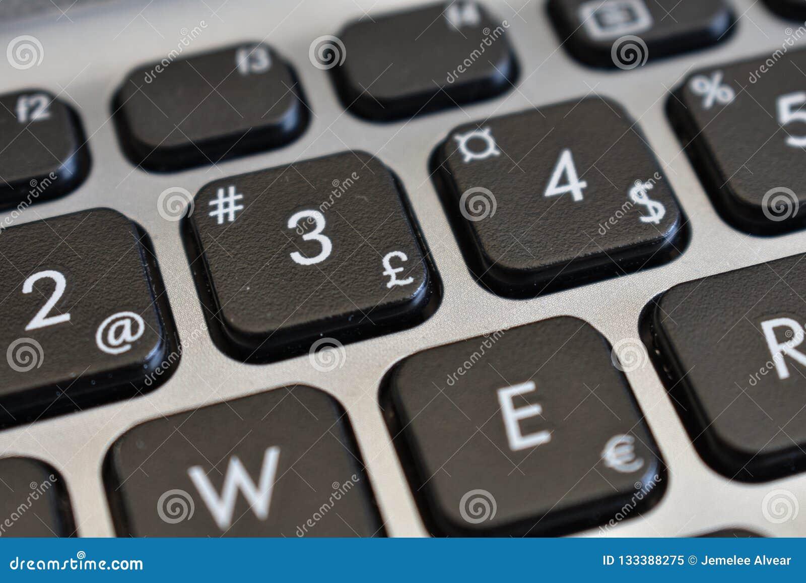 Funtowi symbole, listy i liczby szyldowi i inni,
