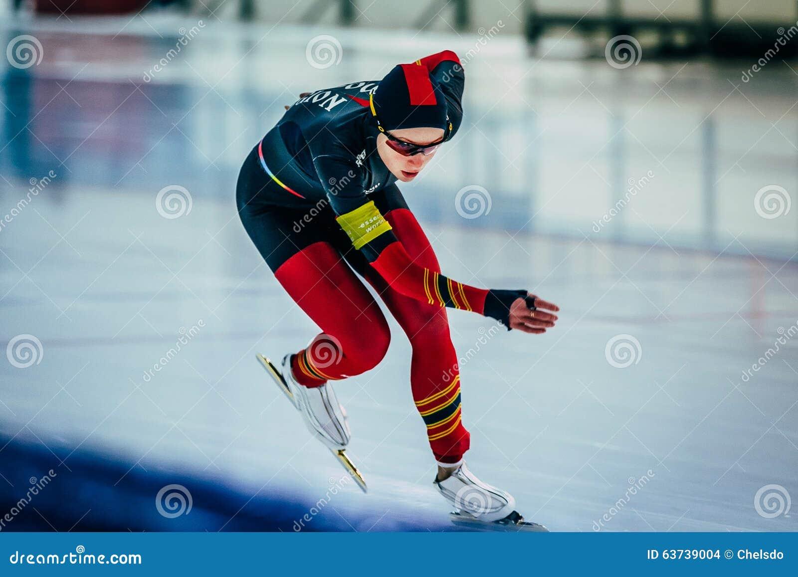 Funzionamenti di distanza di sprint di pattinatore di velocità dell atleta della ragazza del primo piano