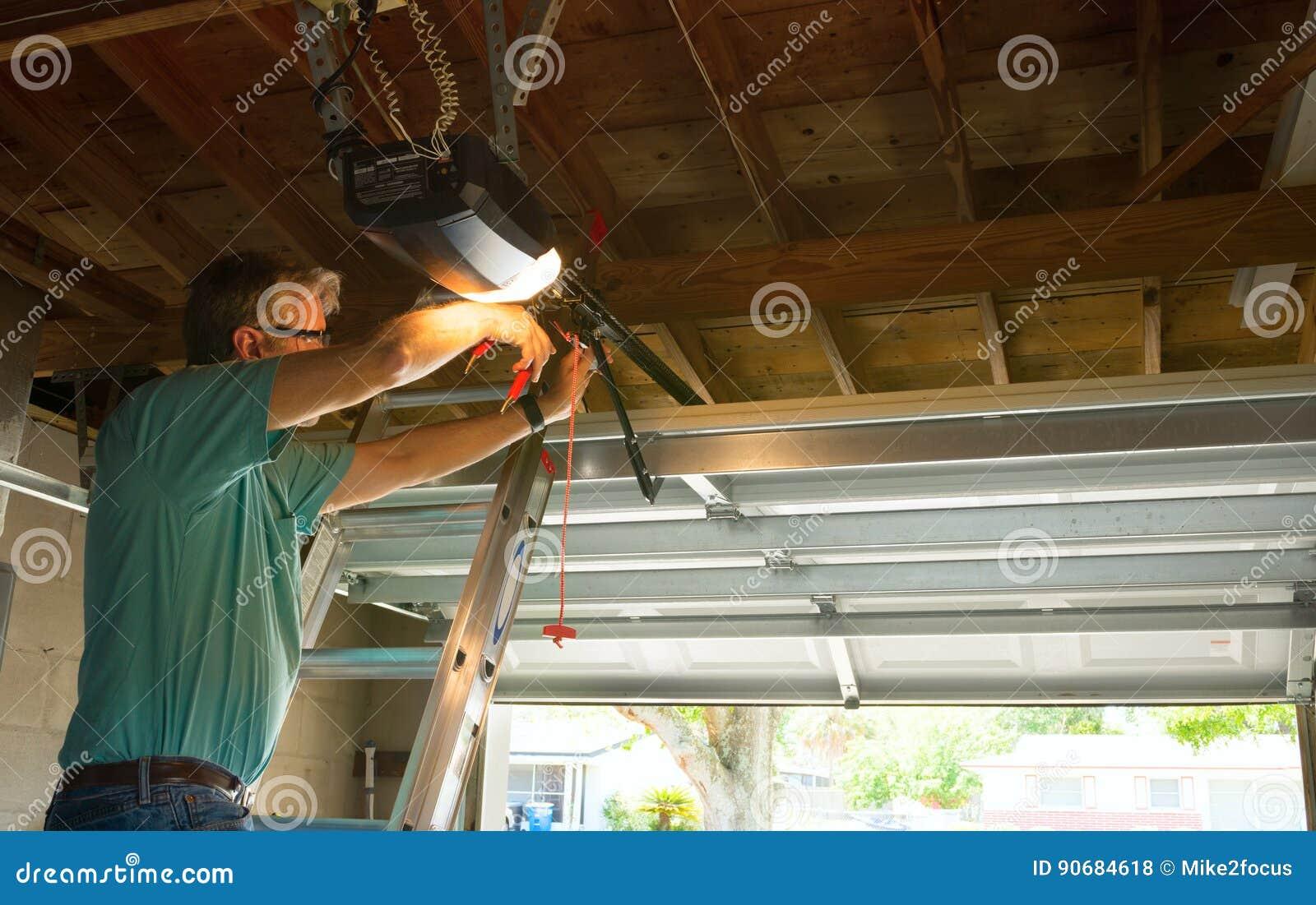 Funzionamento automatico professionale dell uomo del tecnico di servizio di riparazione apri della porta del garage