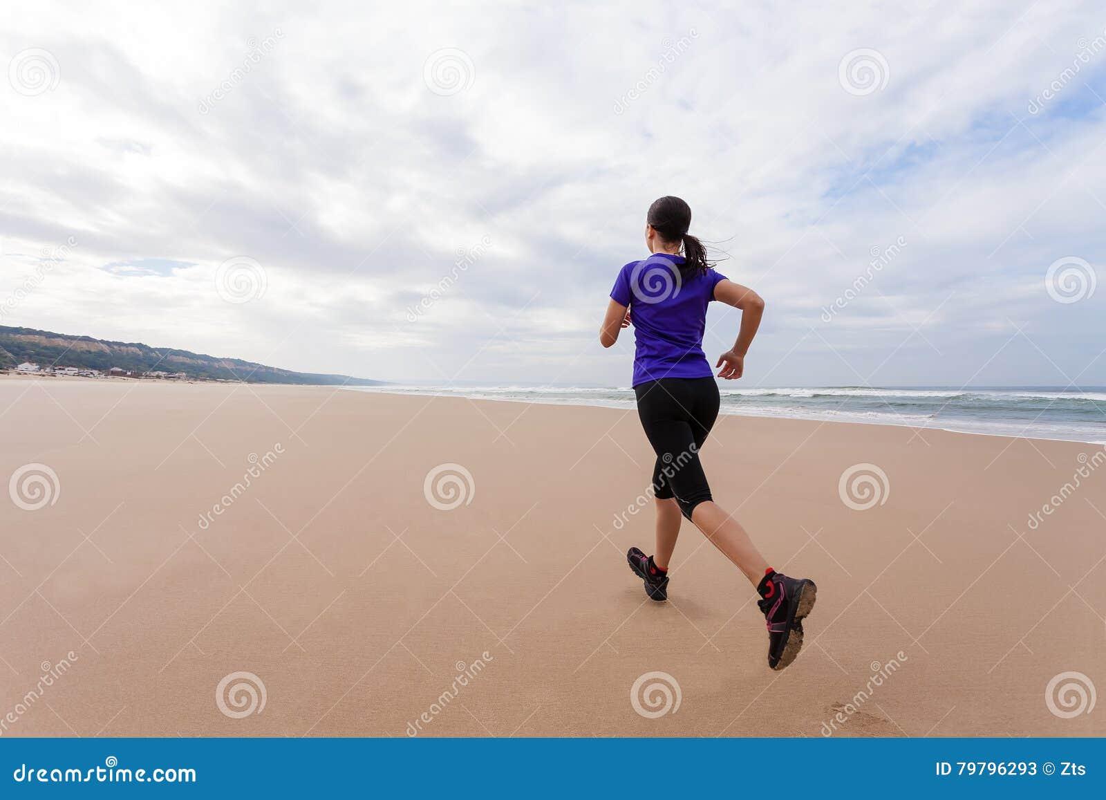 Funzionamento dell atleta femminile alla spiaggia