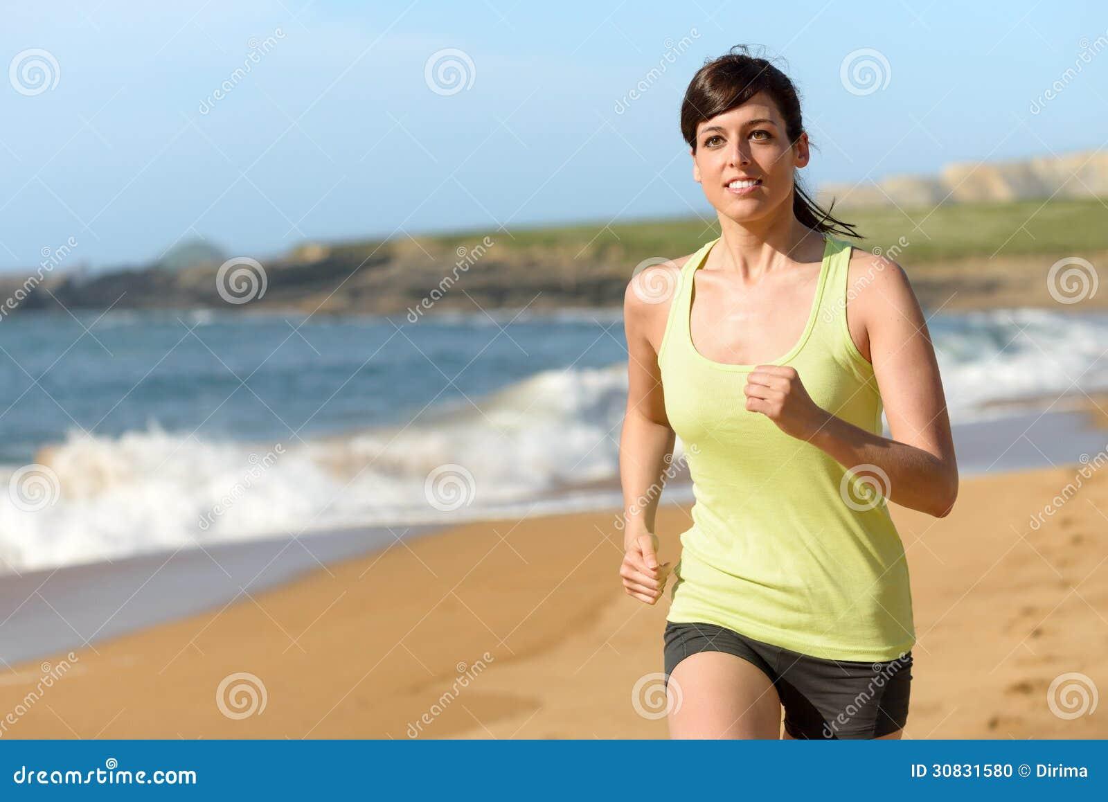 Funzionamento dell atleta femminile sulla spiaggia