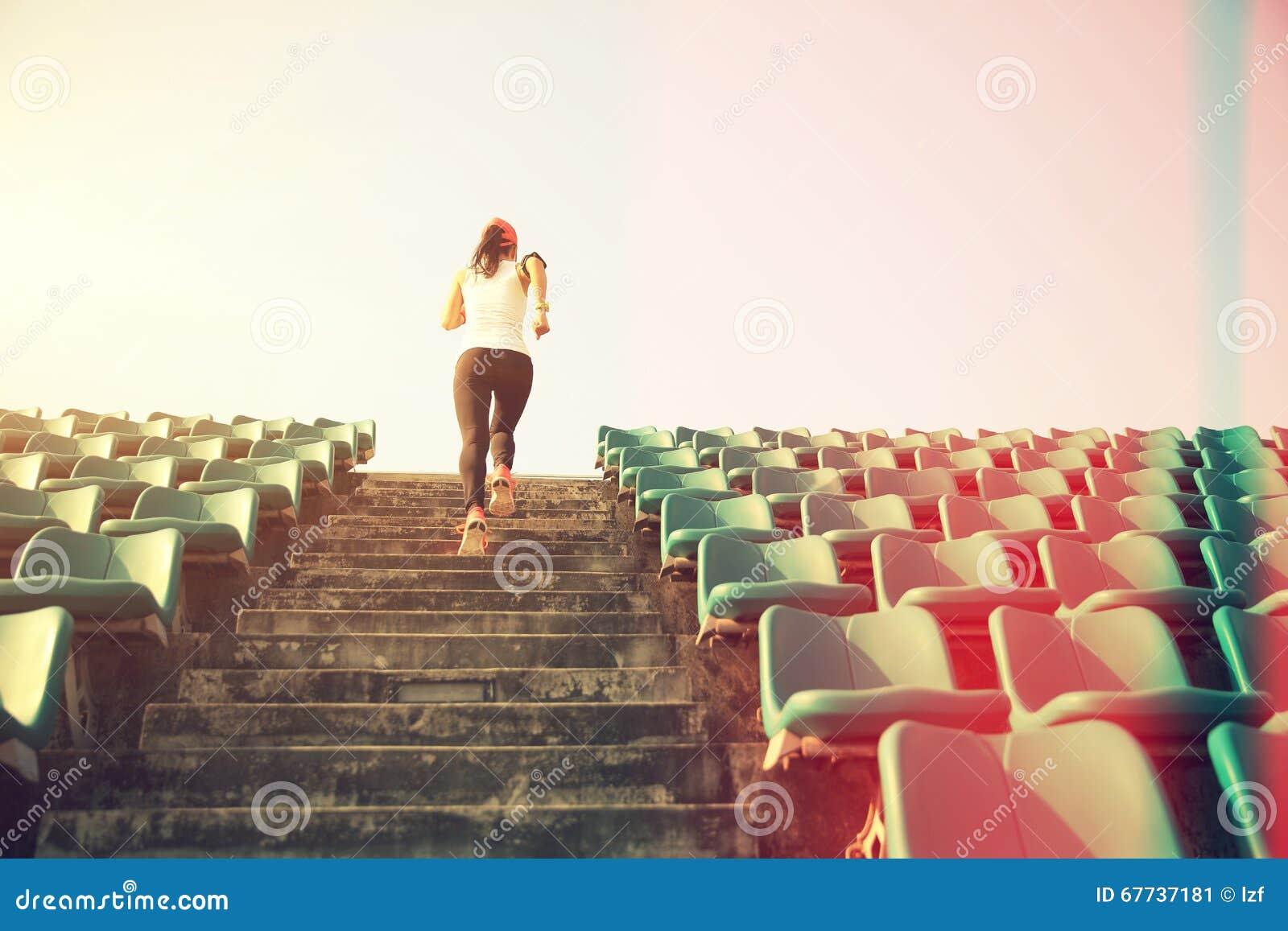 Funzionamento dell atleta sulle scale concetto pareggiante di benessere di allenamento di forma fisica della donna