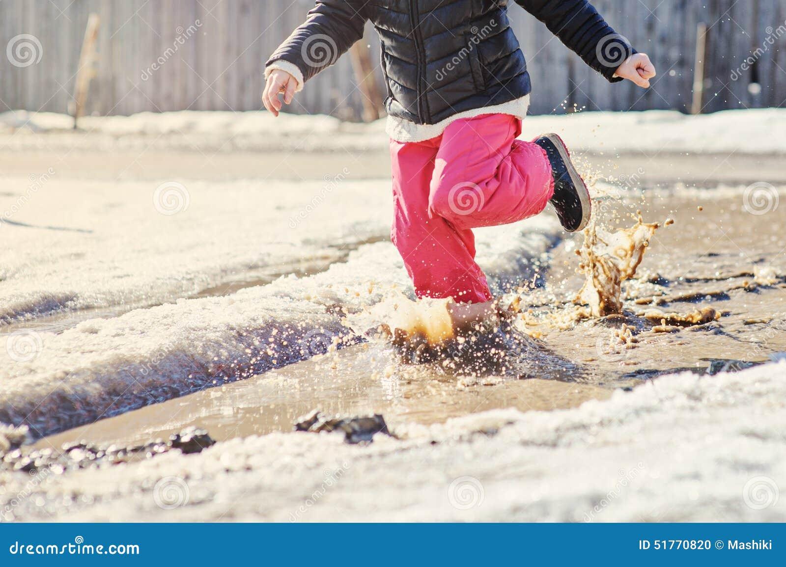 Disegno Di Bambino Che Corre : Funzionamento della ragazza del bambino nella pozza di primavera con