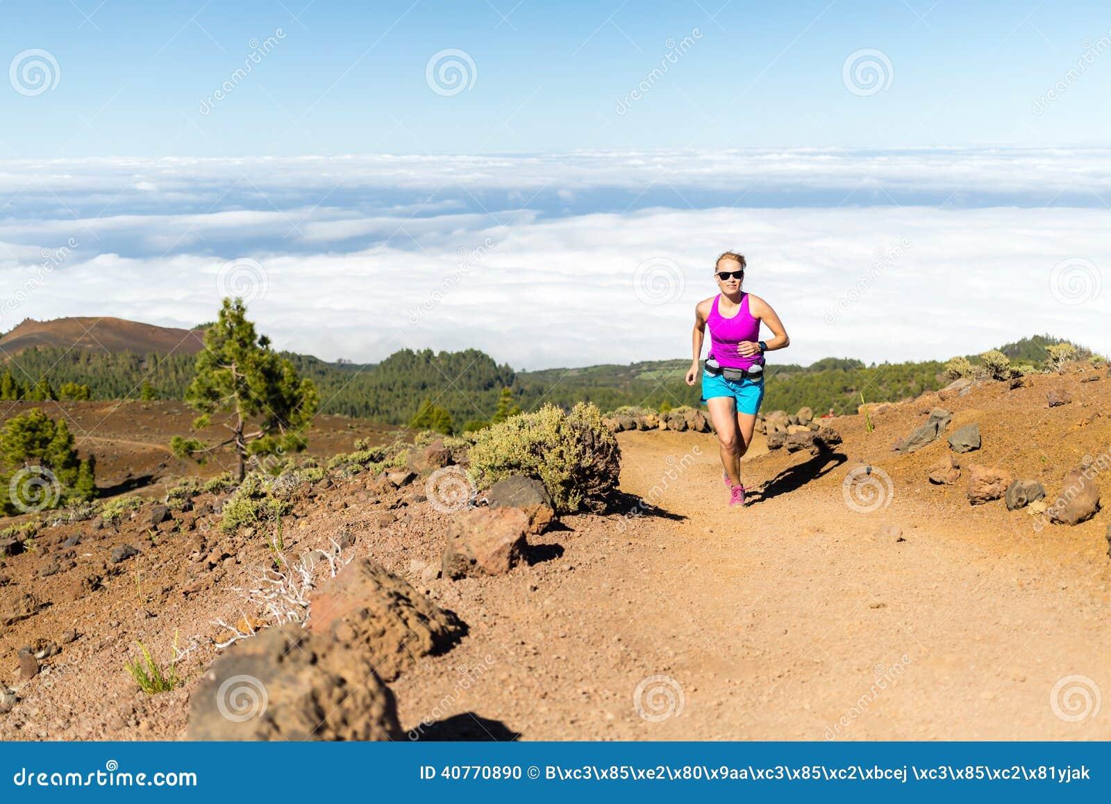 Funzionamento della traccia della giovane donna in montagne