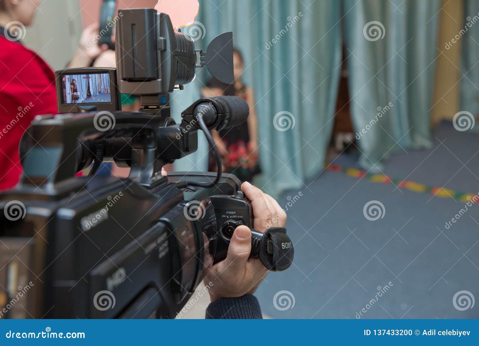 Funzionamento della videocamera portatile dell operatore della videocamera del comando manuale con la sua attrezzatura all aperto