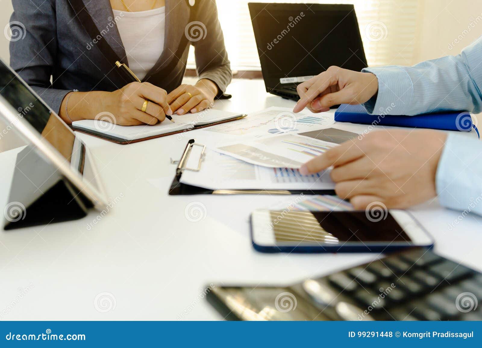 Funzionamento di co di affari giovane squadra degli Account Manager che lavora con il progetto