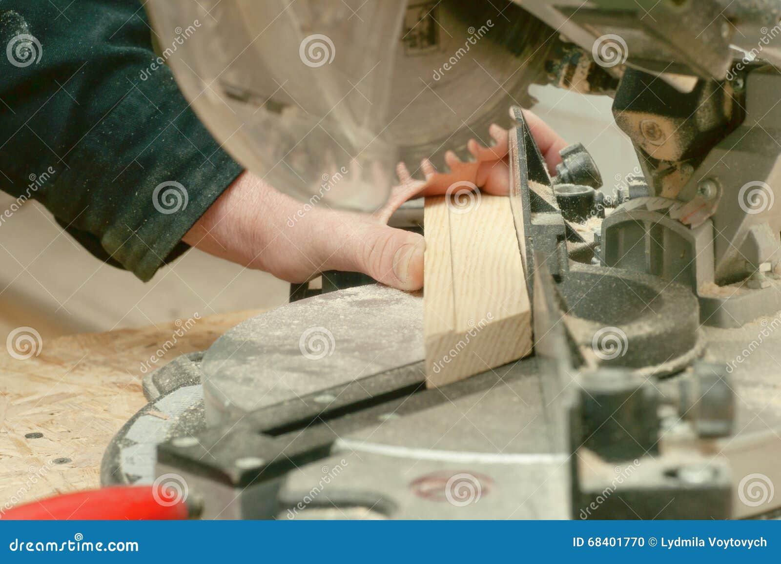 Funzionamento, martello, metro e cacciavite del carpentiere