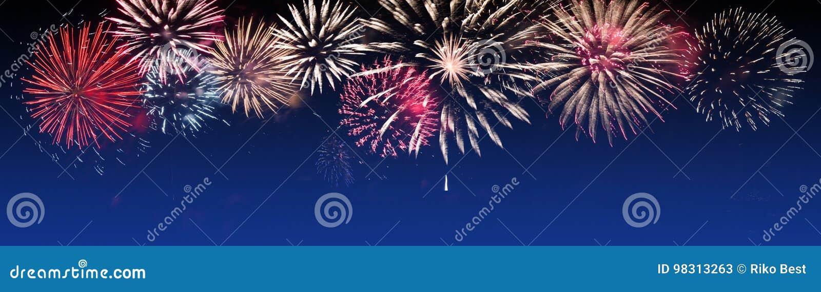 Fuochi d artificio brillantemente variopinti su fondo crepuscolare - faccia festa la celebrazione