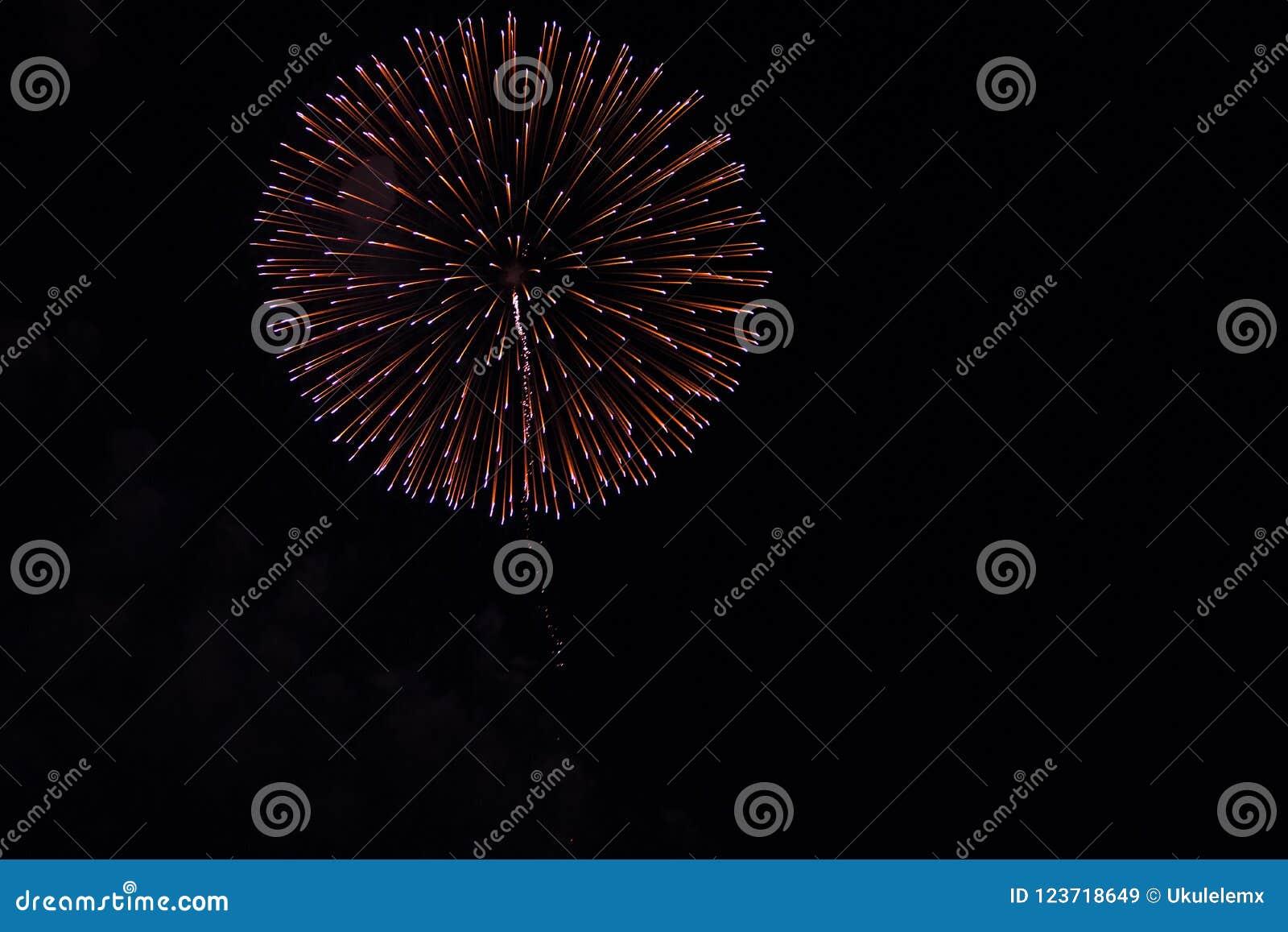 Fuochi d artificio in cielo notturno in una composizione nell oro e nel rosso delle tonalità