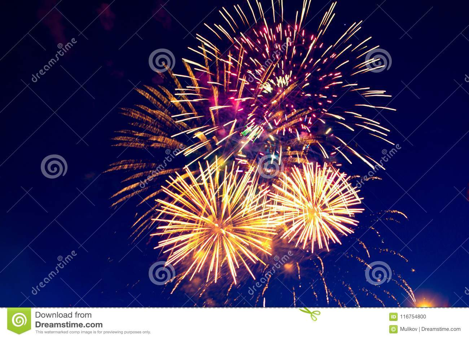 Fuochi d artificio cinque - cinque fuochi d artificio fanno saltare al quarto della celebrazione di luglio negli Stati Uniti