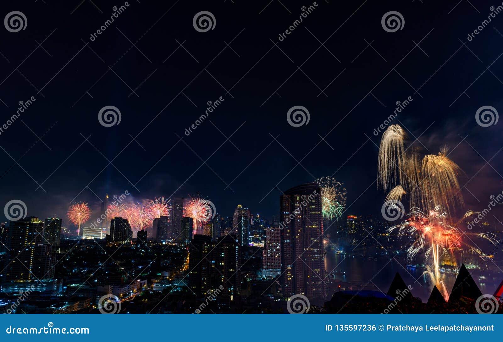 Fuochi d artificio di celebrazione nella città alla notte Città di Bangkok thailand