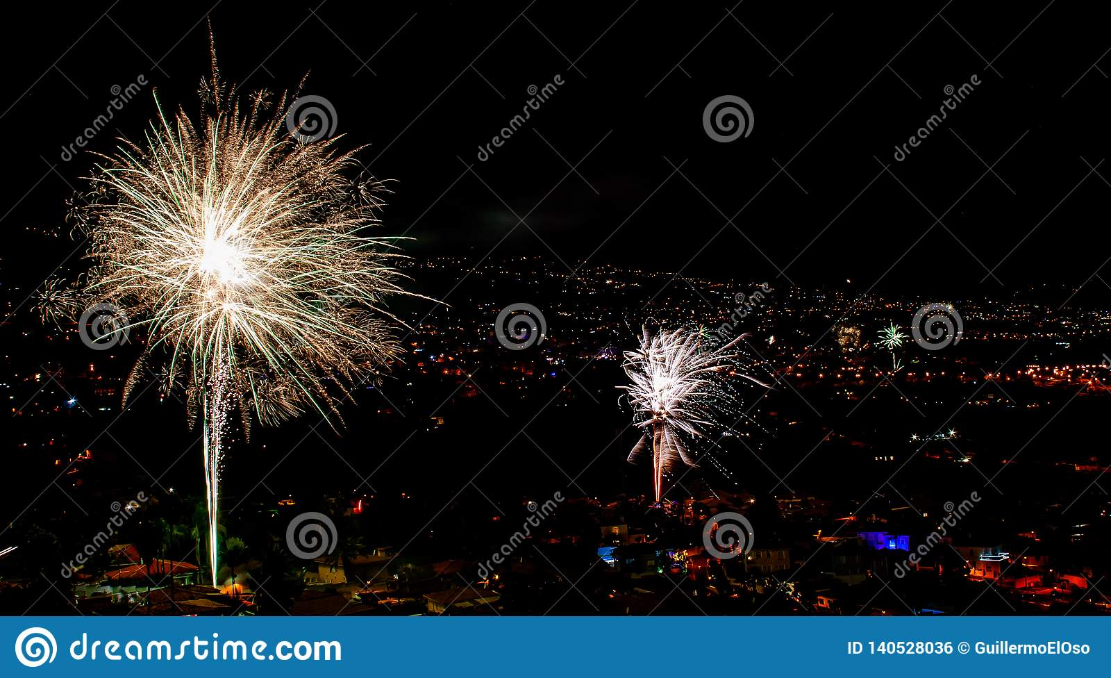 Fuochi d artificio fantastici sopra una città di notte