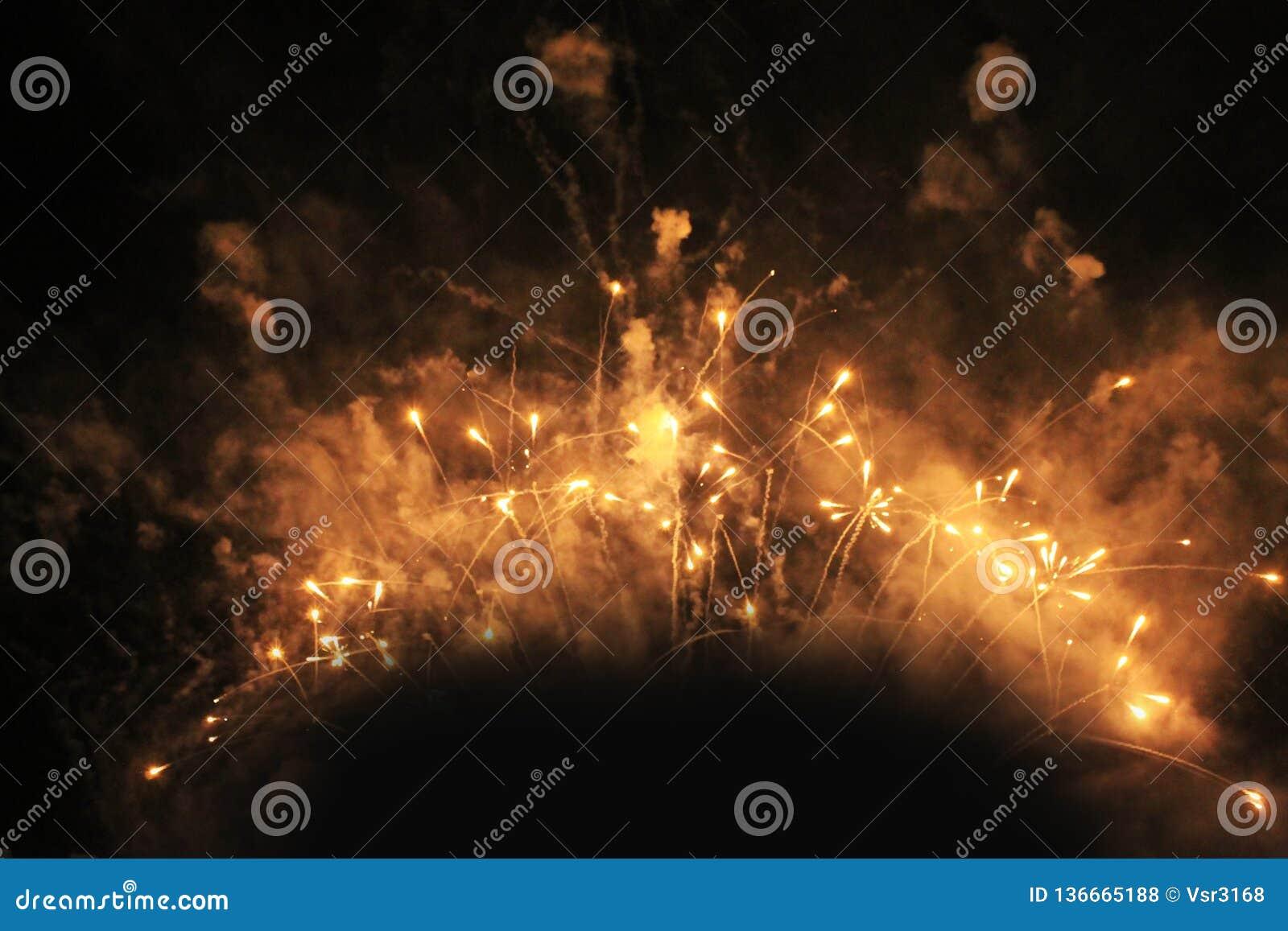 Fuochi d artificio firework Priorit? bassa celestiale Fiamma fantastica delle luci scintillanti gialle nel cielo notturno durante