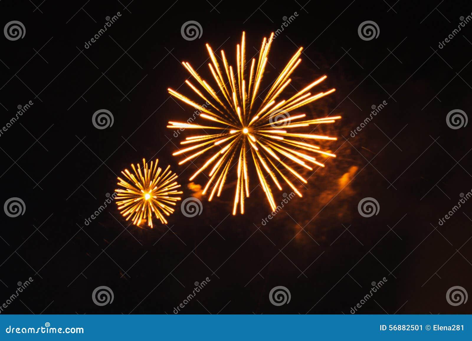 Fuochi d artificio luminosi nel cielo notturno nero