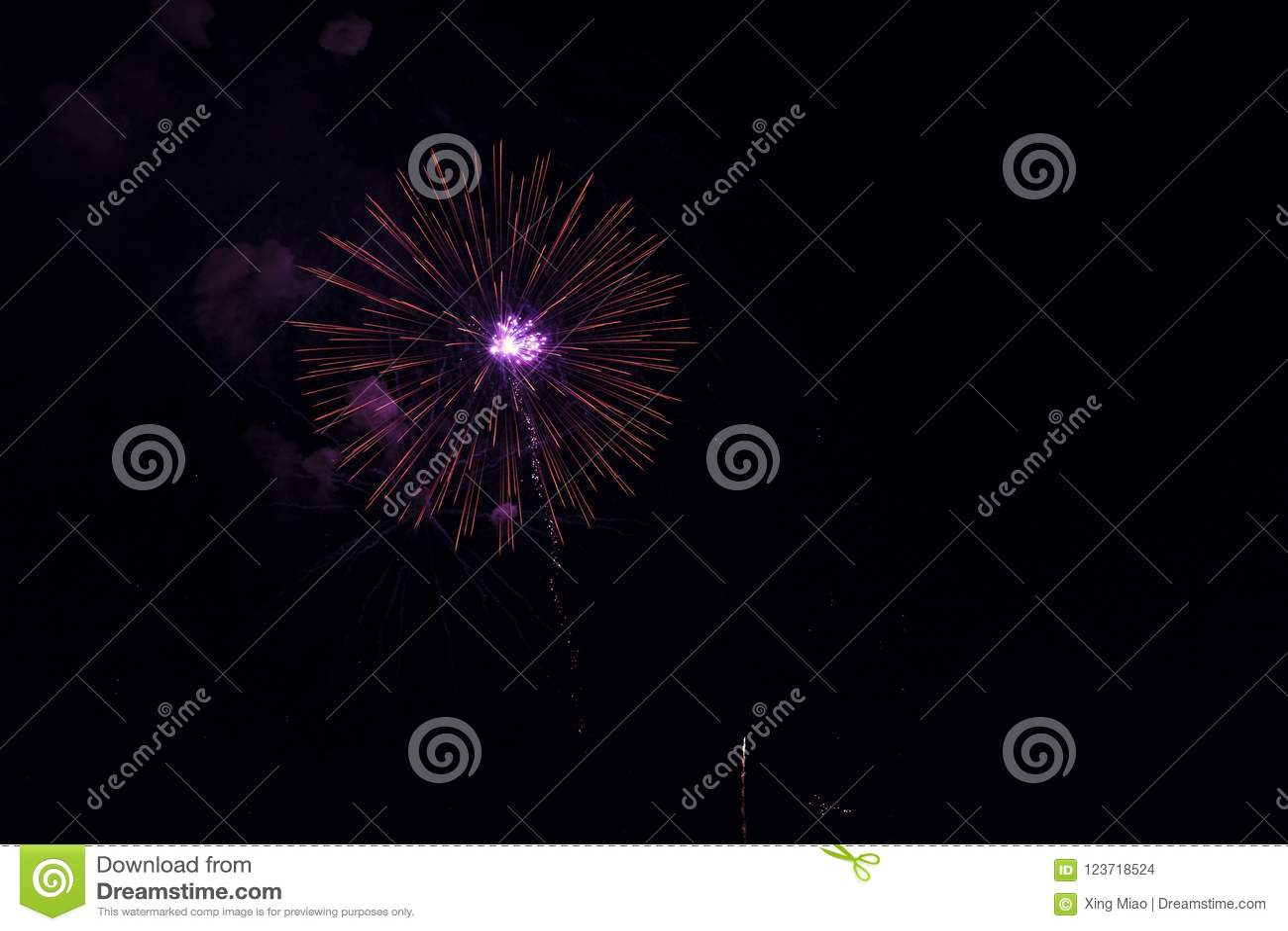 Fuochi d artificio multipli in cielo notturno in una composizione in tonalità rosse