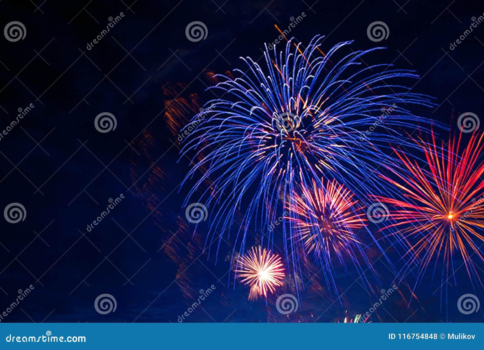 Fuochi d artificio nella penombra del cielo I fuochi d artificio visualizzano sul fondo scuro del cielo Festa dell indipendenza,