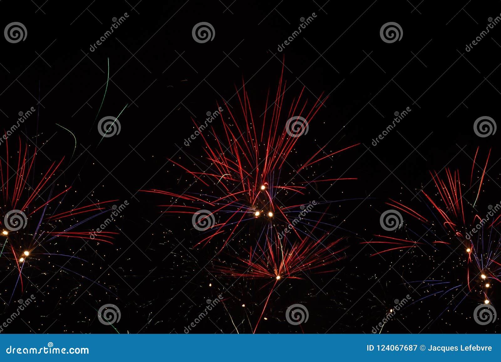 Fuochi d artificio sopra il cielo nero