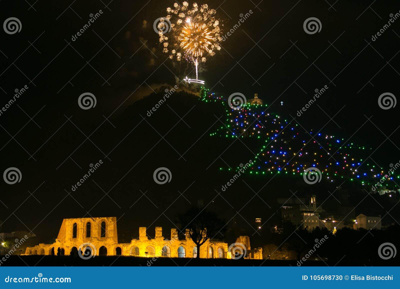 Albero Di Natale Gubbio.Fuochi D Artificio Sopra L Albero Di Natale Di Gubbio In Umbria