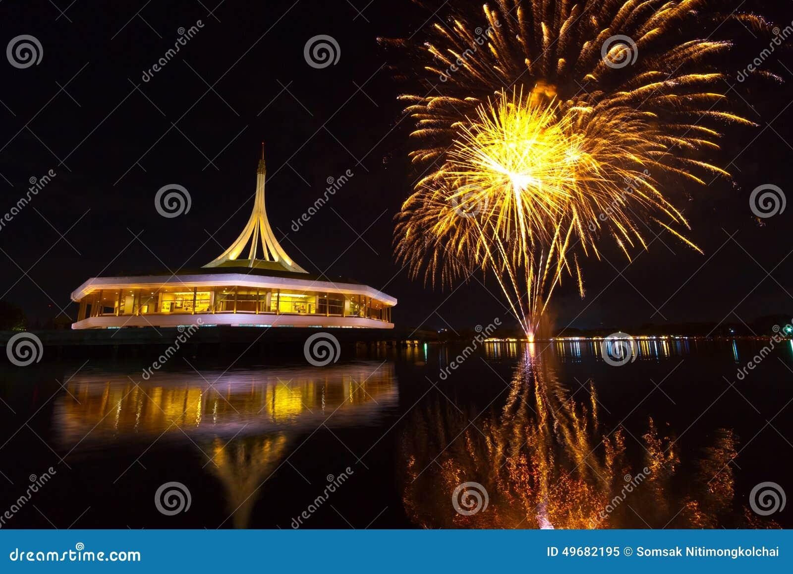 Fuochi d artificio sui precedenti neri del cielo a Suanluang RAMA IX TAILANDESE