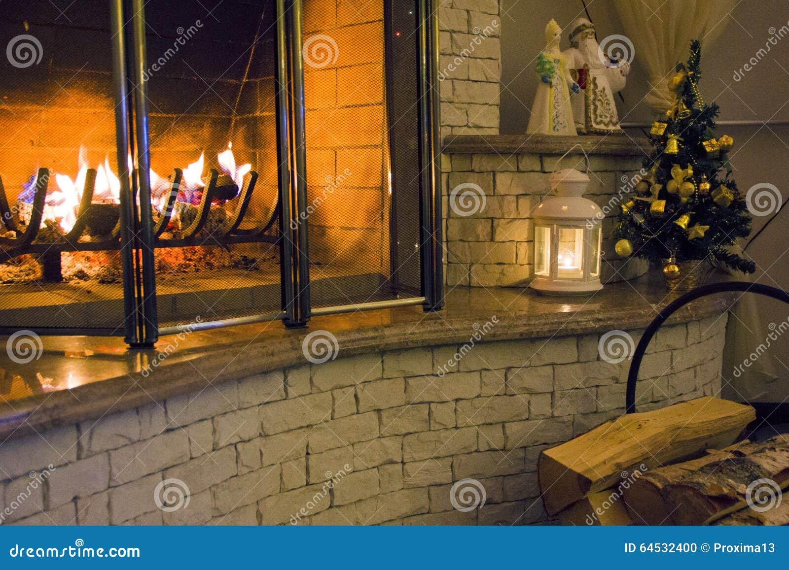 Fuoco bruciante nel camino nella vostra notte di Natale domestica