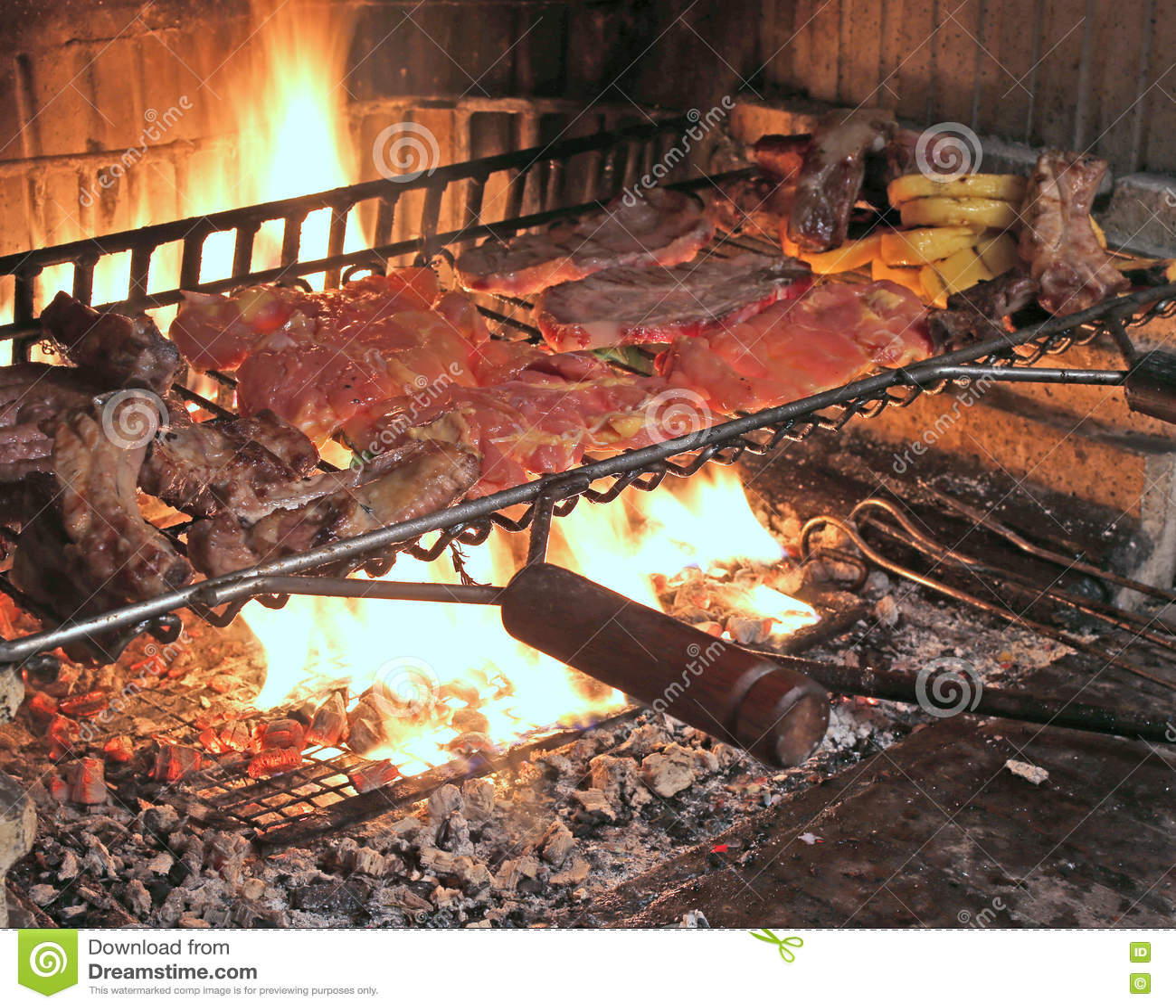 Fuoco caldo per cucinare le costole di carne di maiale e for Cucinare salsiccia