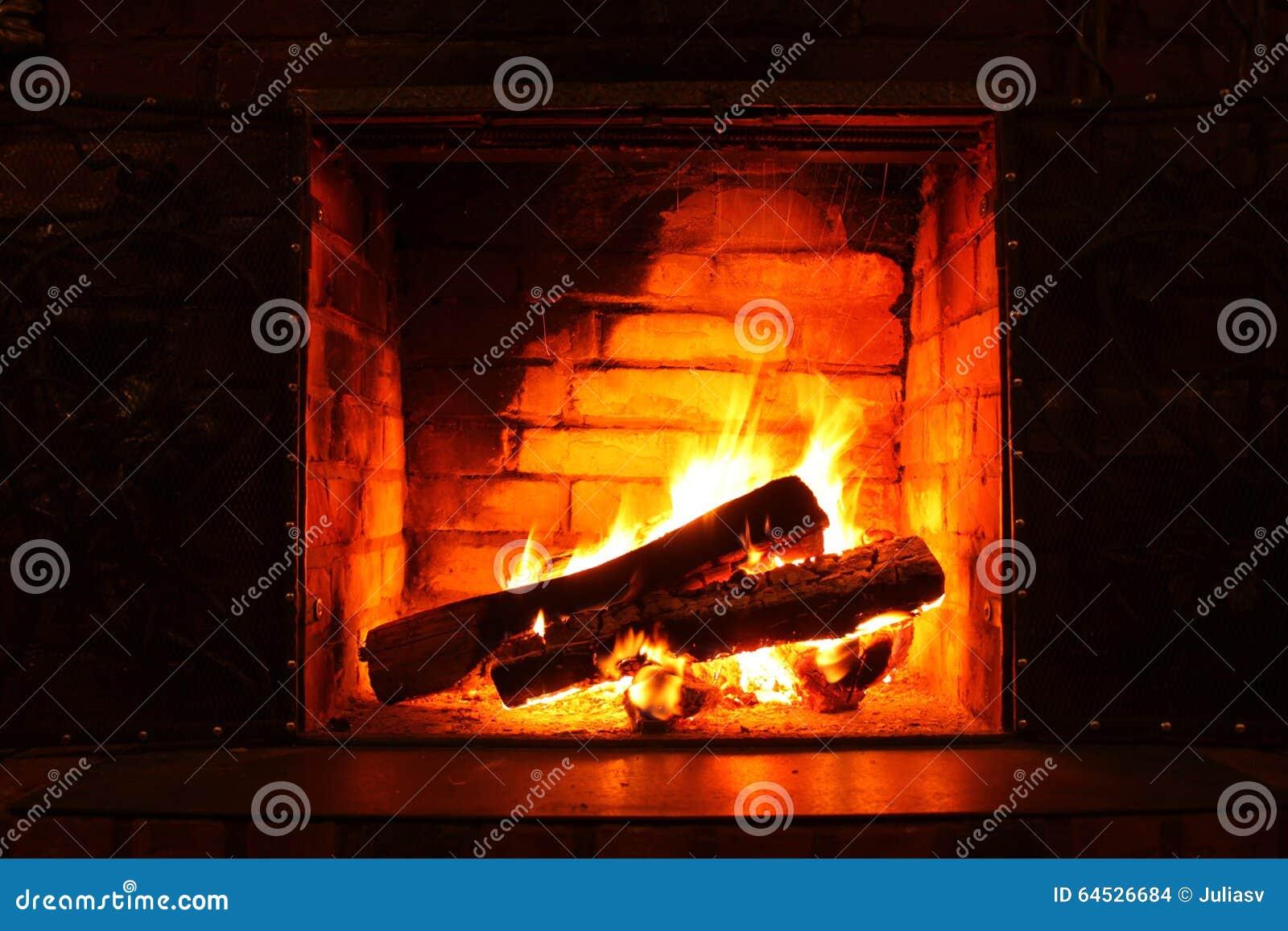 Fuoco in camino bruciante in primo piano di inverno