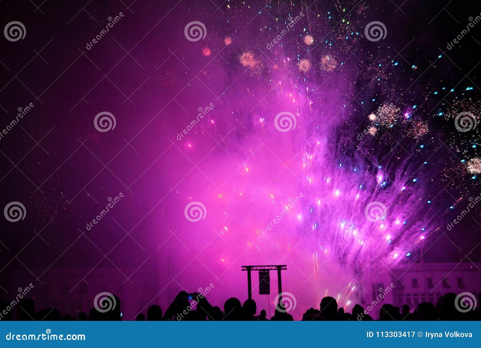 Fuoco d artificio ultravioletto il giorno di pace in Sint-Niklaas