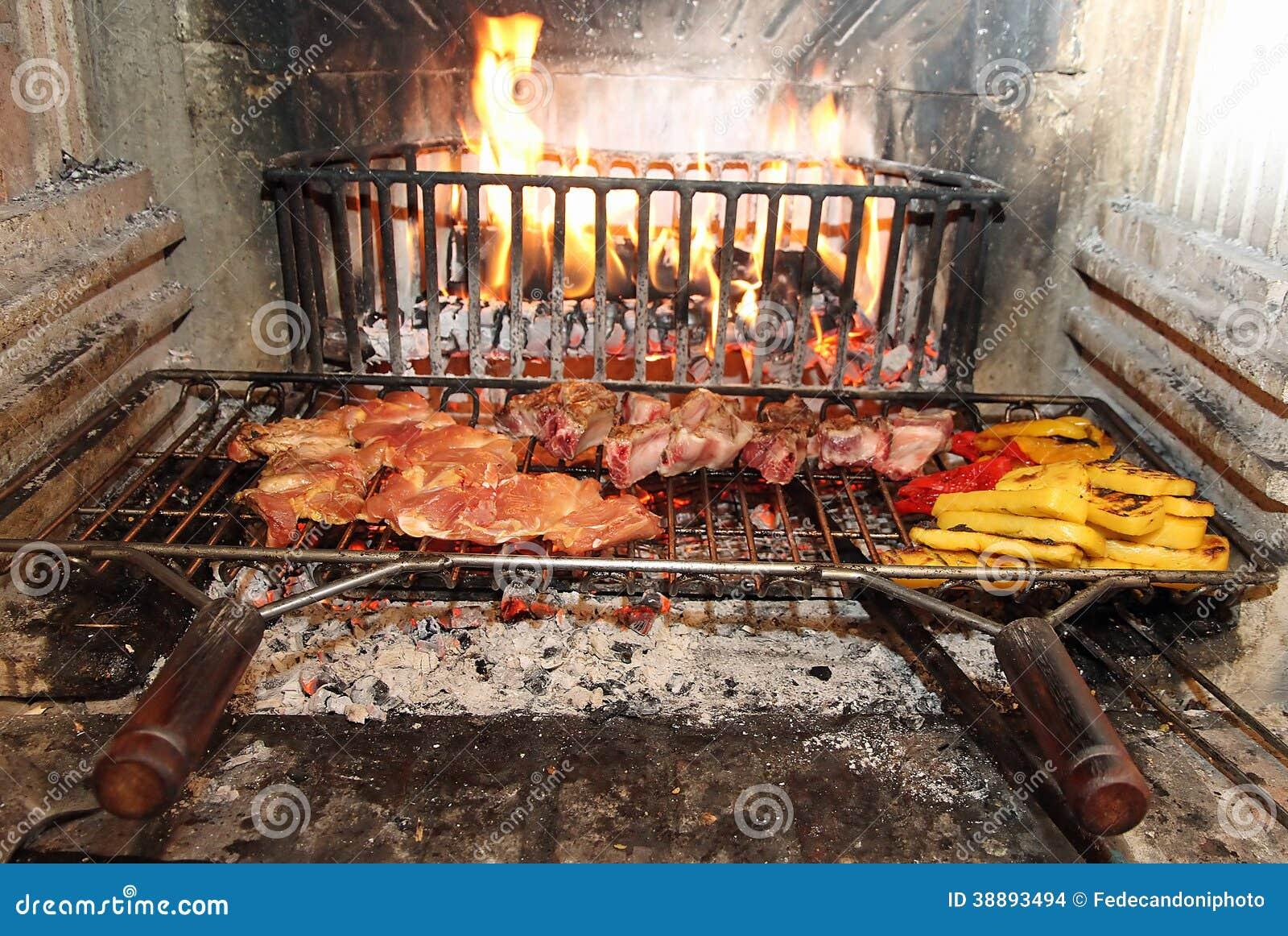 Fuoco nel camino per cucinare carne e le verdure - Camino per cucinare ...