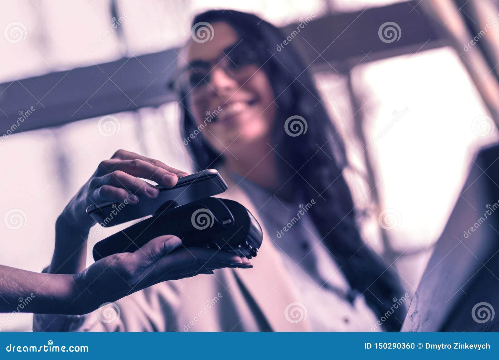 Fuoco selettivo di uno smartphone utilizzato per il pagamento