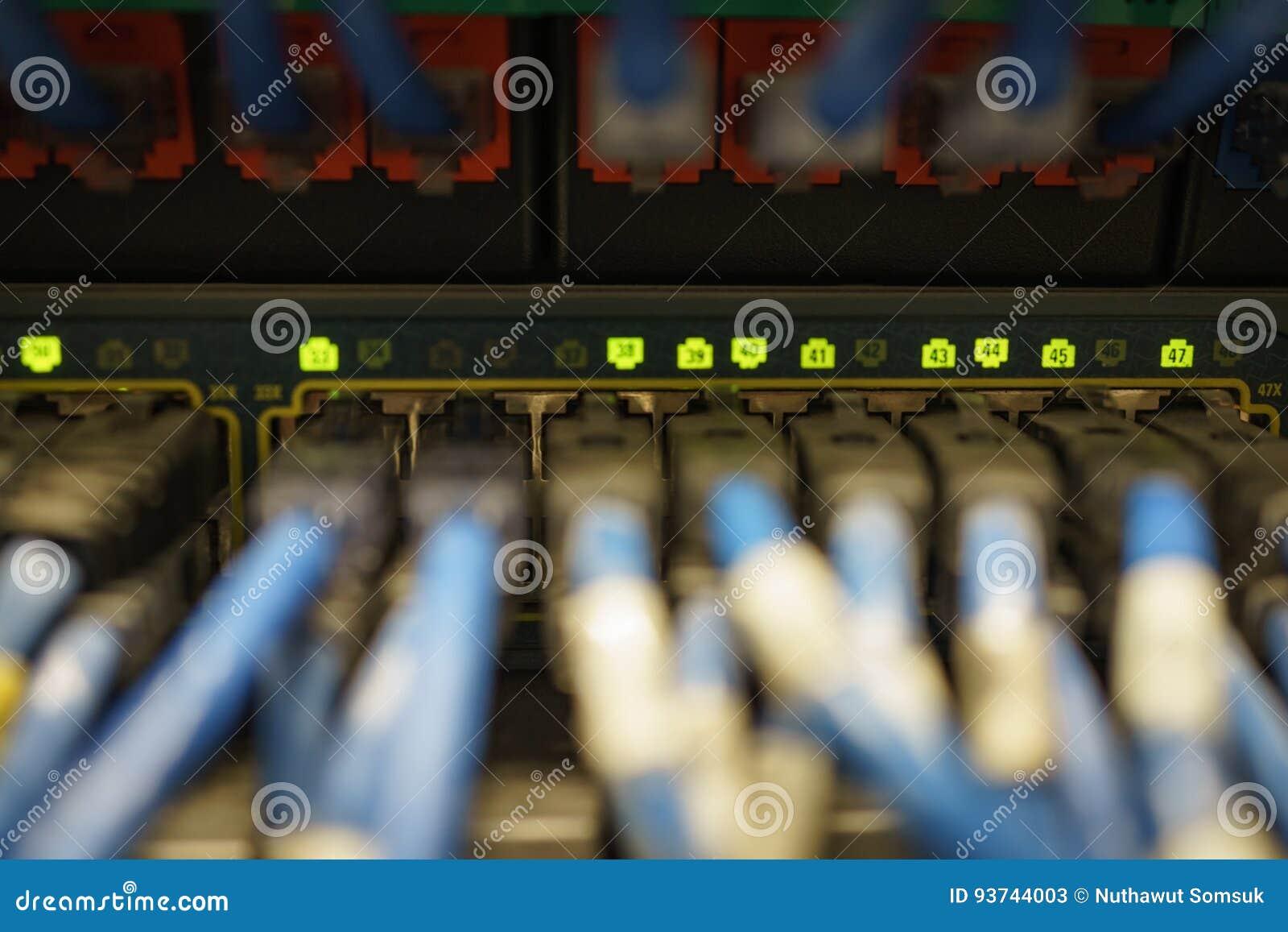Fuoco selettivo su indicatore luminoso sul raggiro della spina del cavo di lan della rete