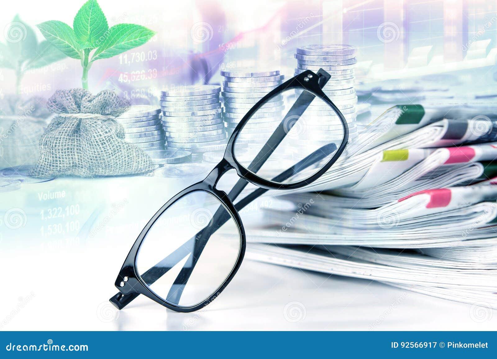 Fuoco selettivo sugli occhiali della lettura con l impilamento del giornale