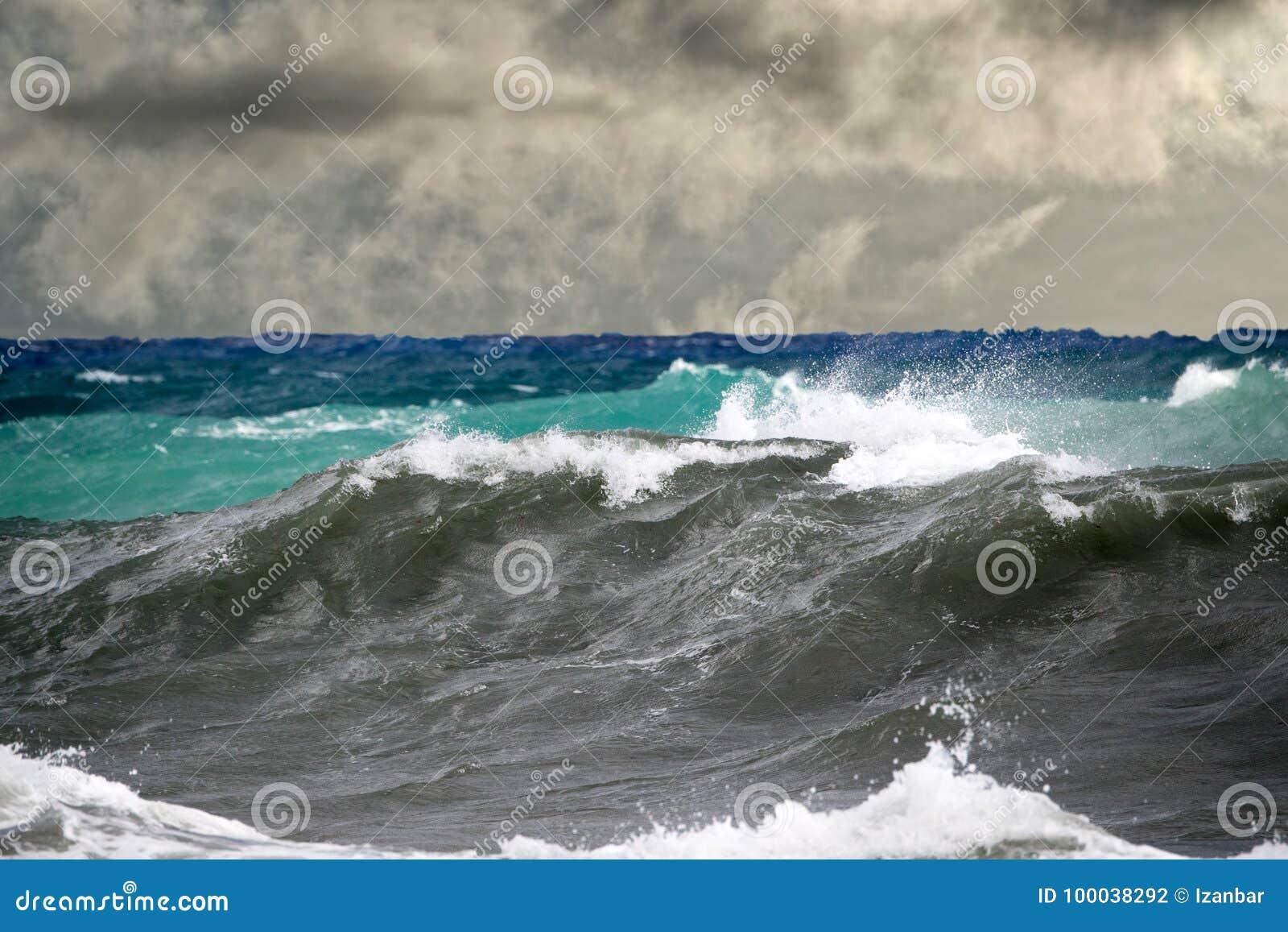 Furacão tropical do tsunami no mar