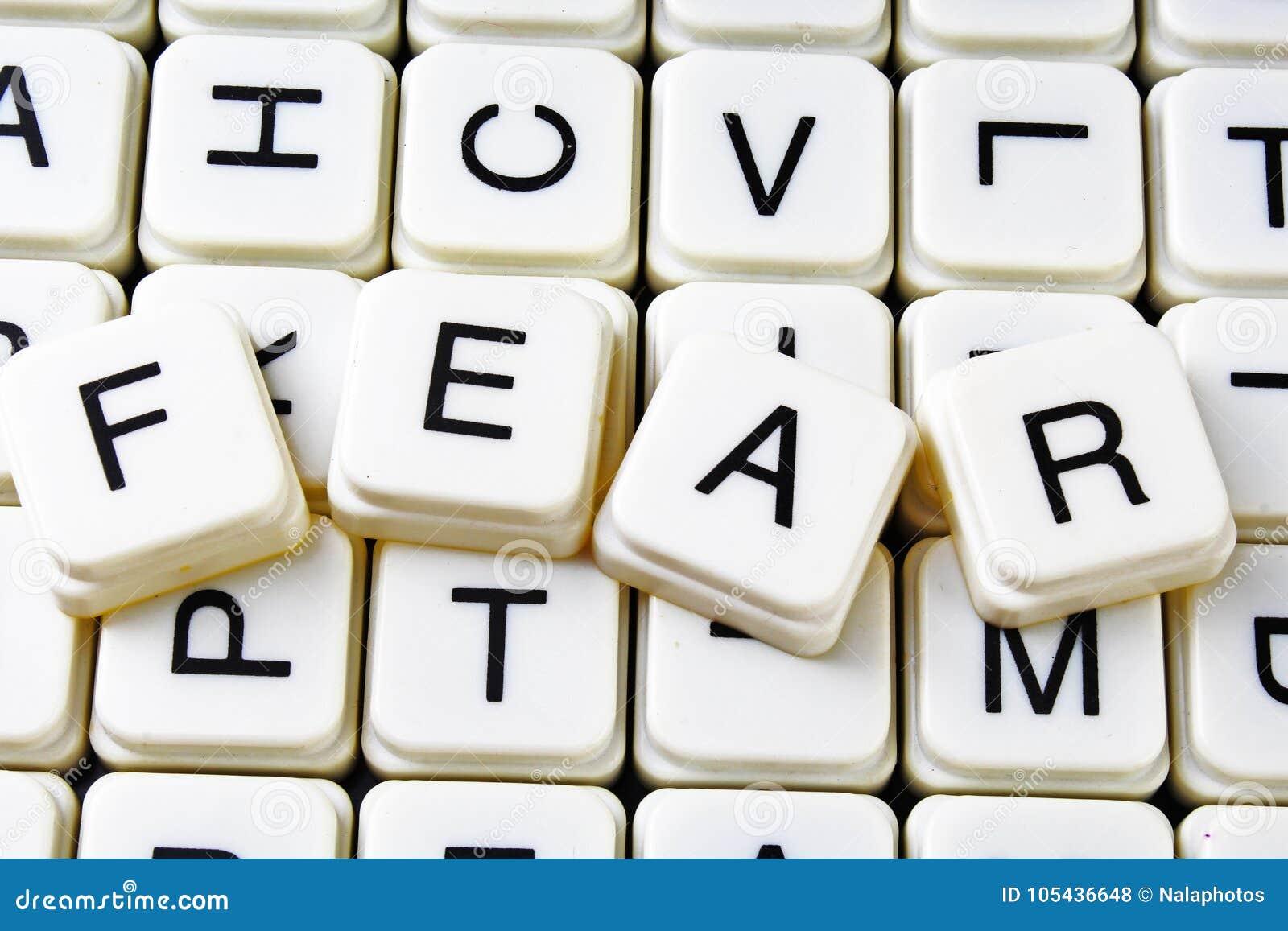Furchttext-Wortkreuzworträtsel Alphabetbuchstabe blockiert Spielbeschaffenheitshintergrund Weiße alphabetische WürfelBlockschrift