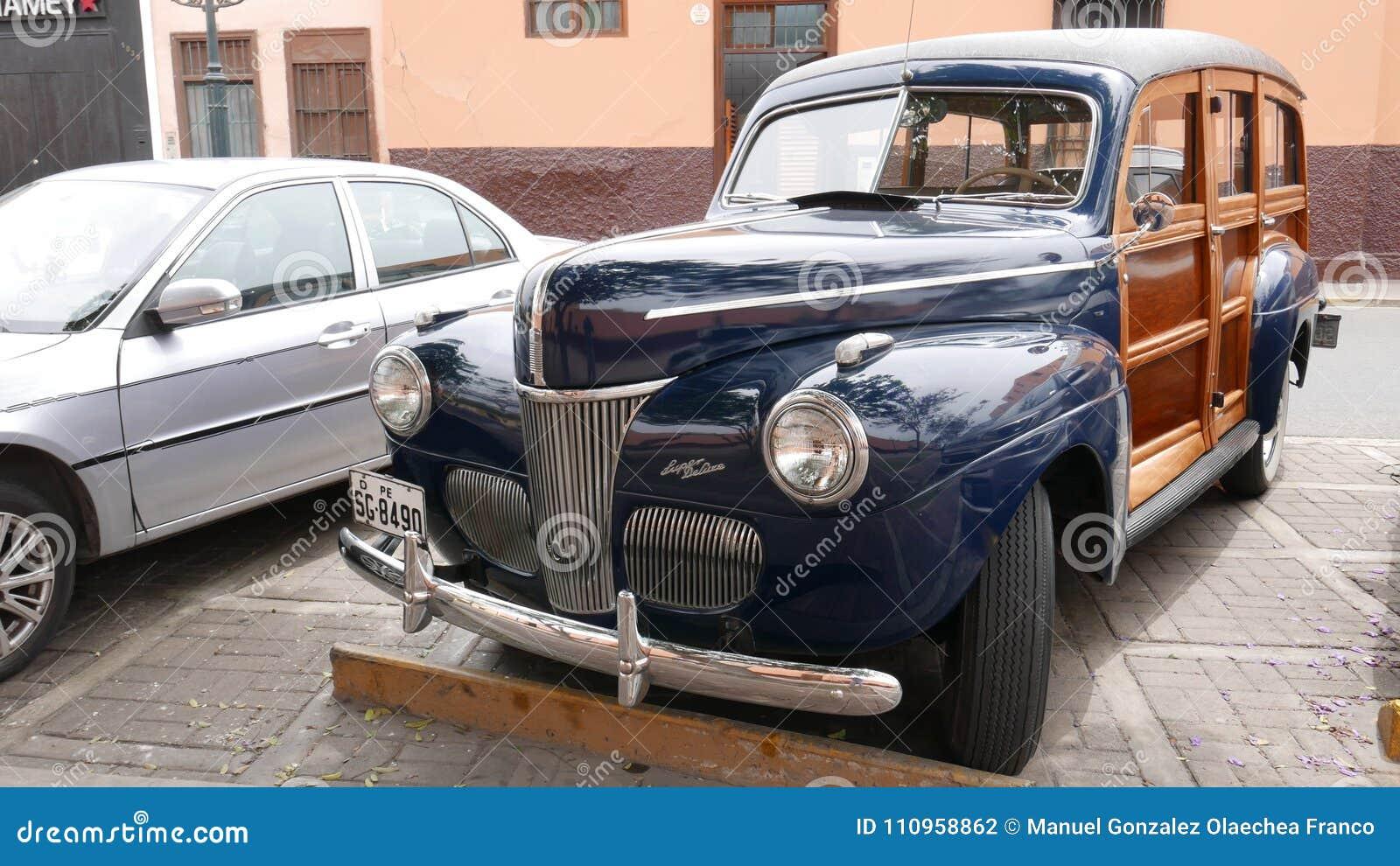 Furgoneta azul de Ford Super Deluxe Woody en Lima