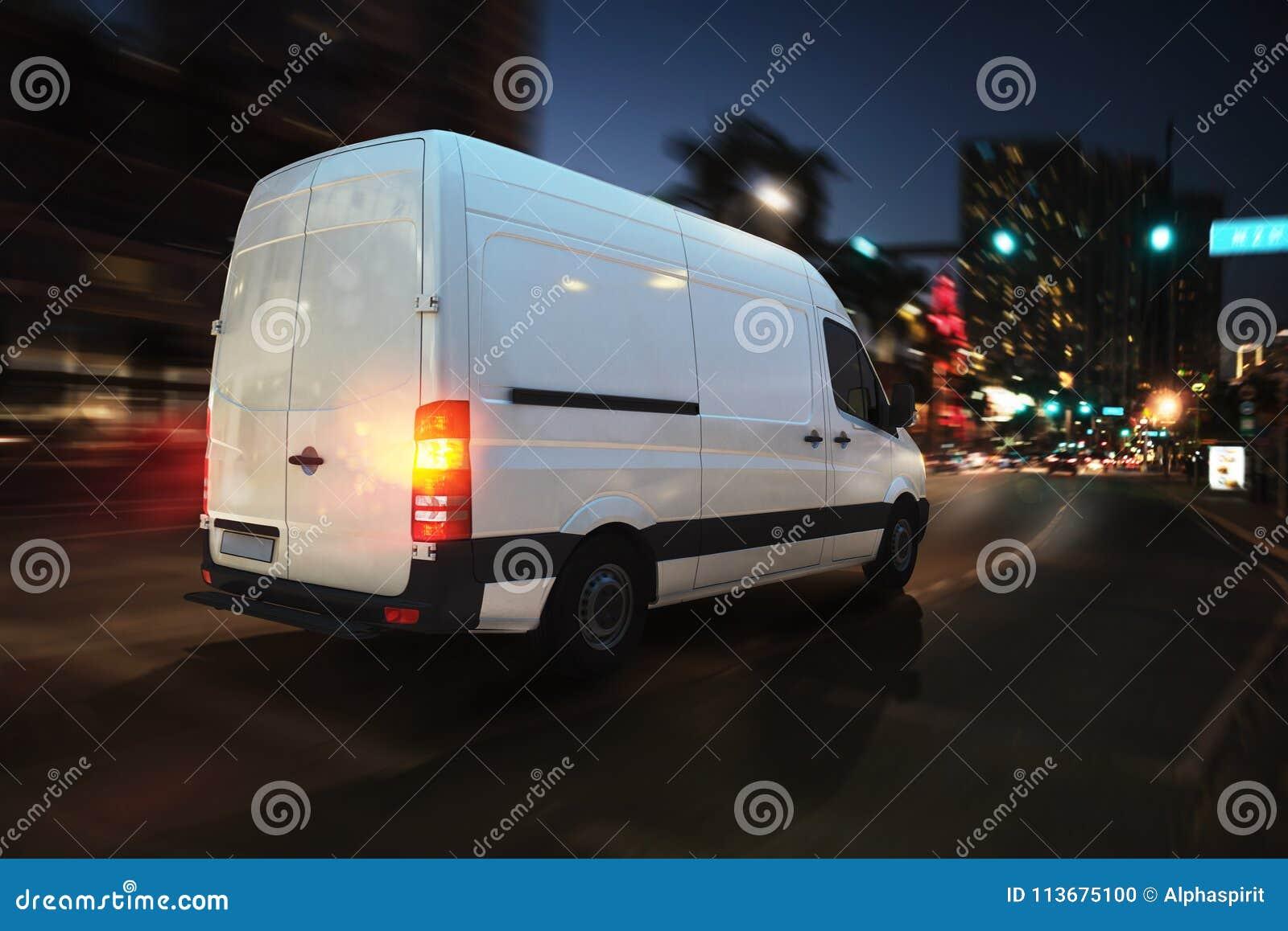 Furgoneta rápida en un camino de ciudad que entrega en la noche representación 3d