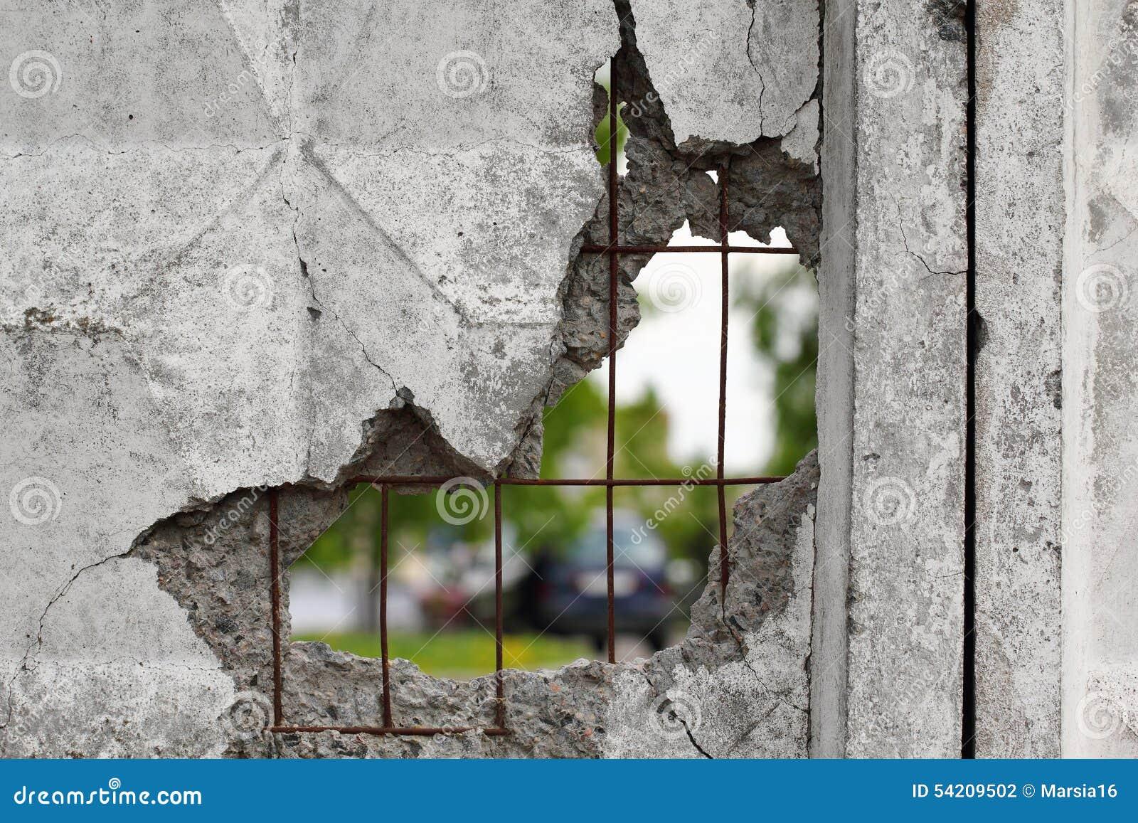 Furo em um muro de cimento