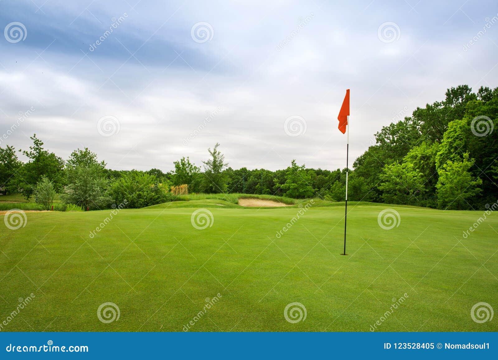 Furo final com bandeira, gramado no campo de golfe