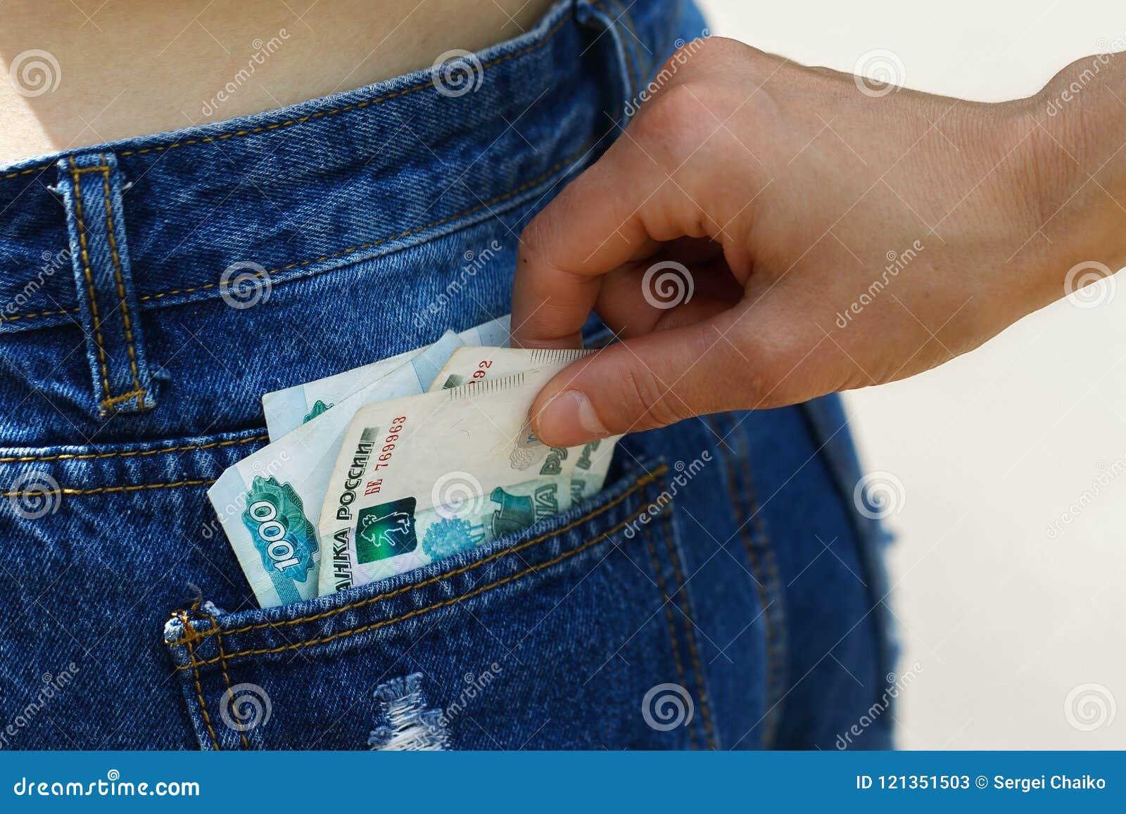 Furto di soldi dalla tasca della gente non vigilante