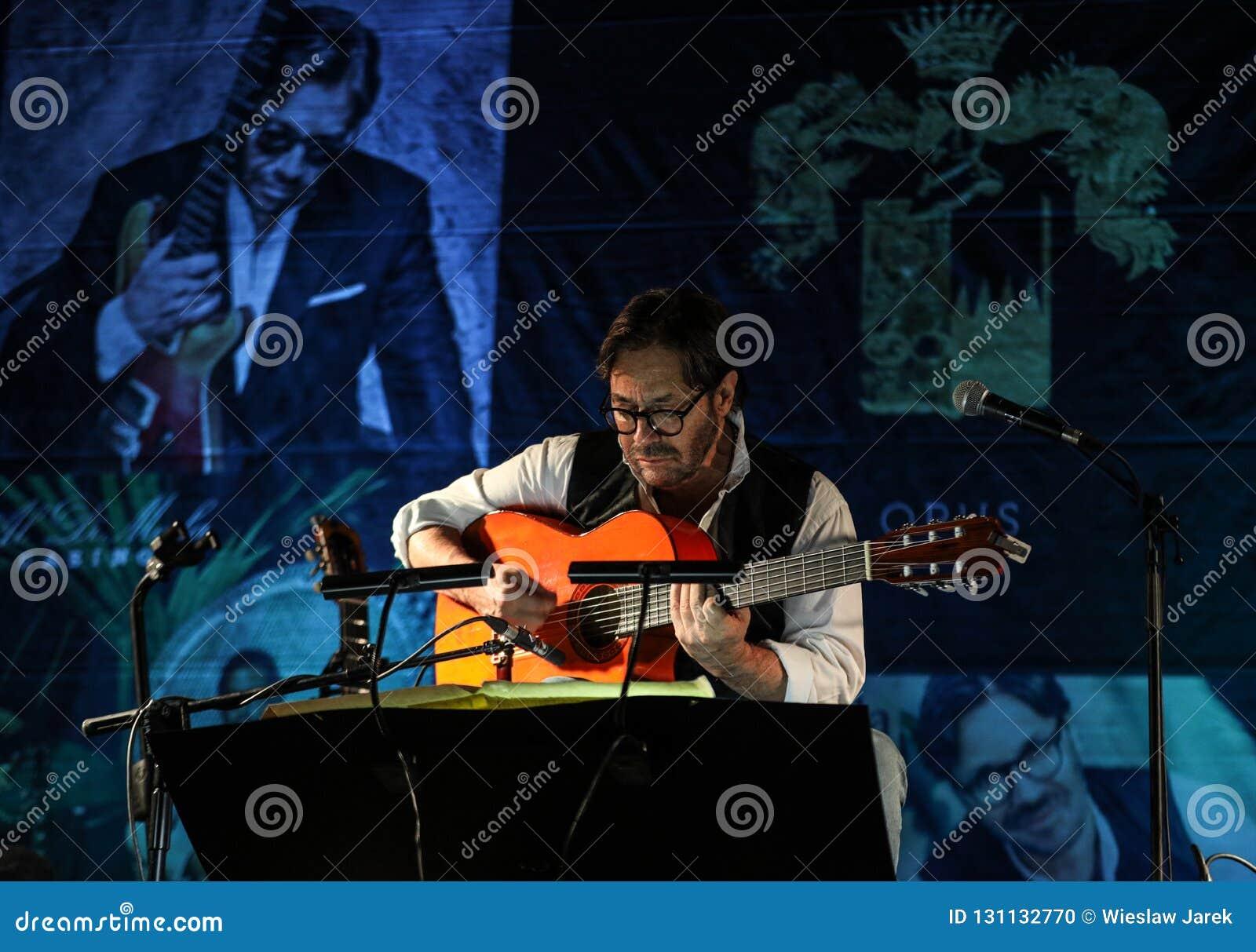 Fusión americana del jazz y ejecución latina de Al Di Meola del guitarrista del jazz vivas en el Kijow Etapa de centro en Kraków,