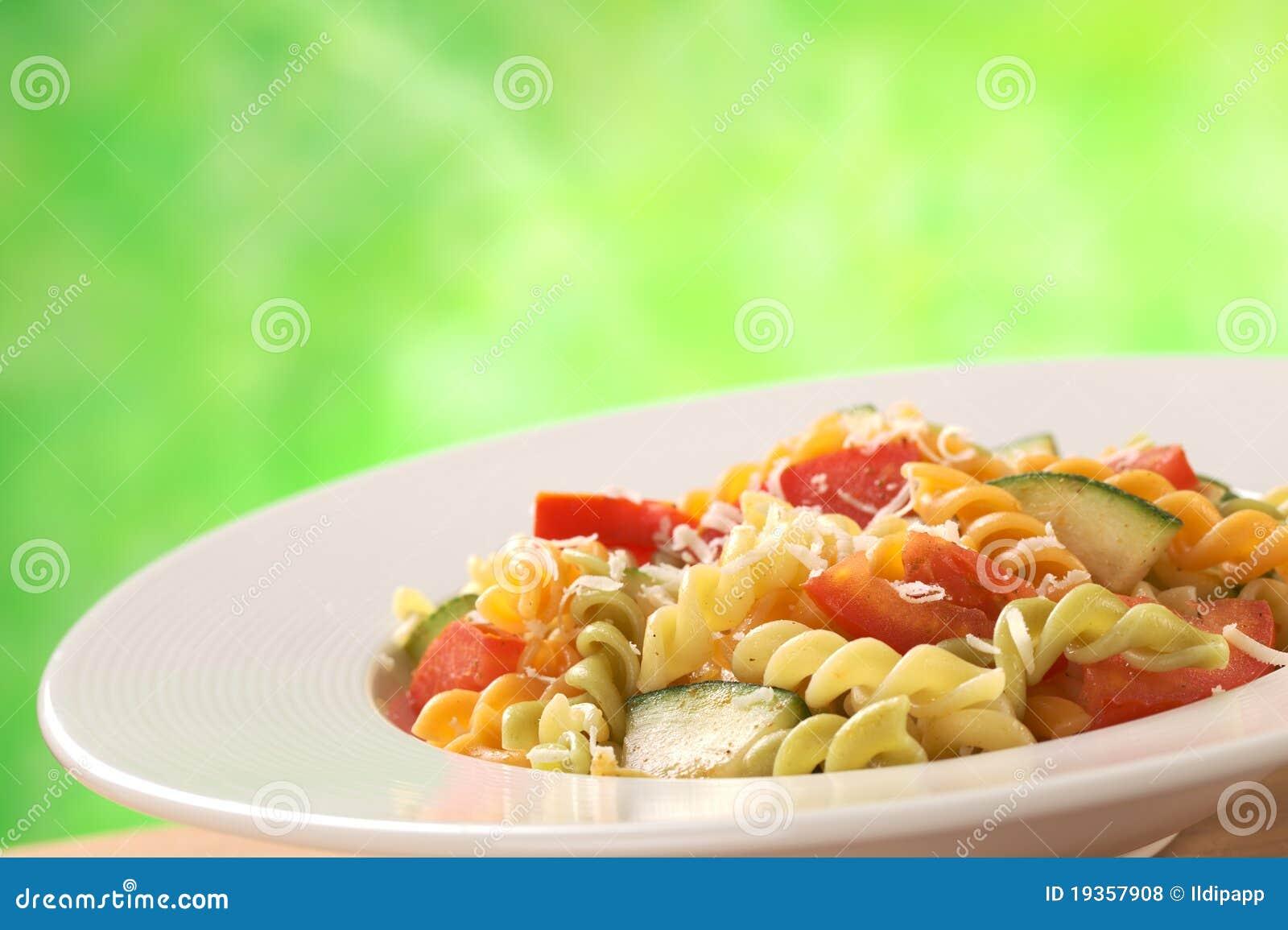 Fusilli com tomate, Zucchini e queijo